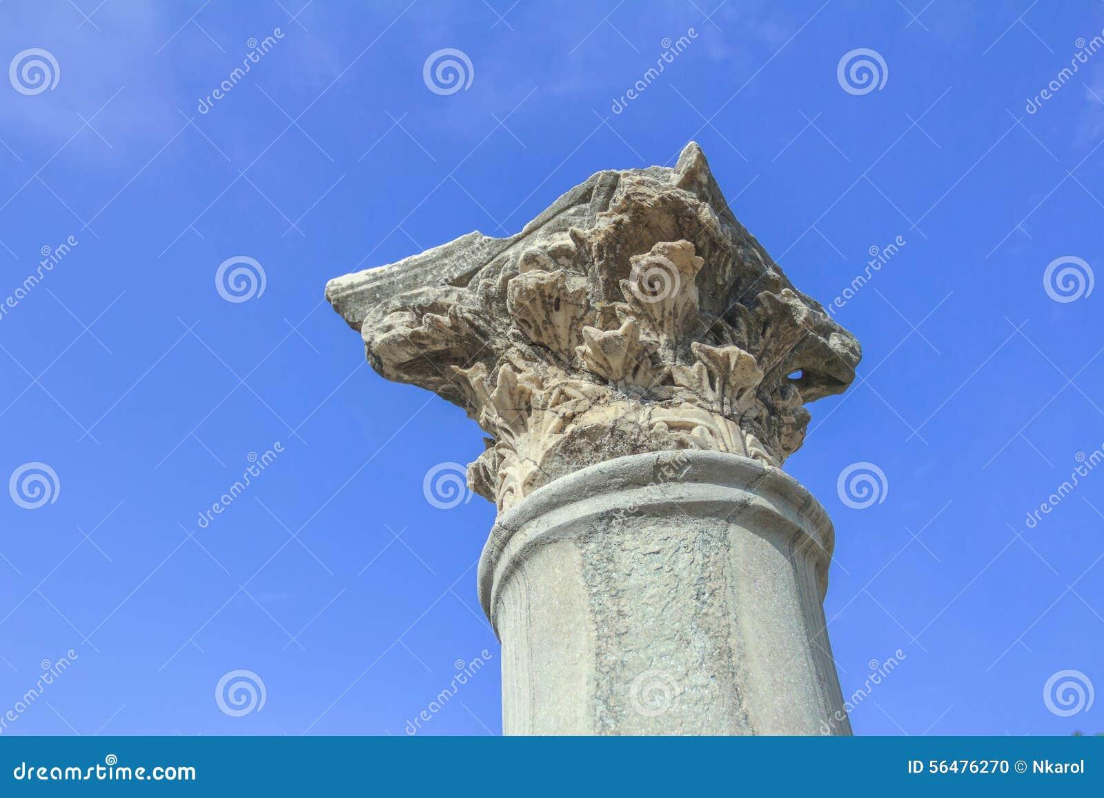 Détail de tenir la colonne d ordre corinthien à l agora antique sur l île de Kos de Grec