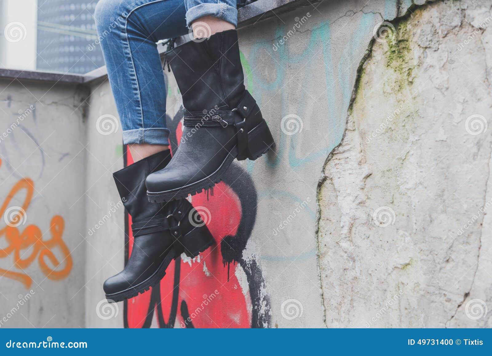 Détail des bottes de port d un cycliste de jeune femme