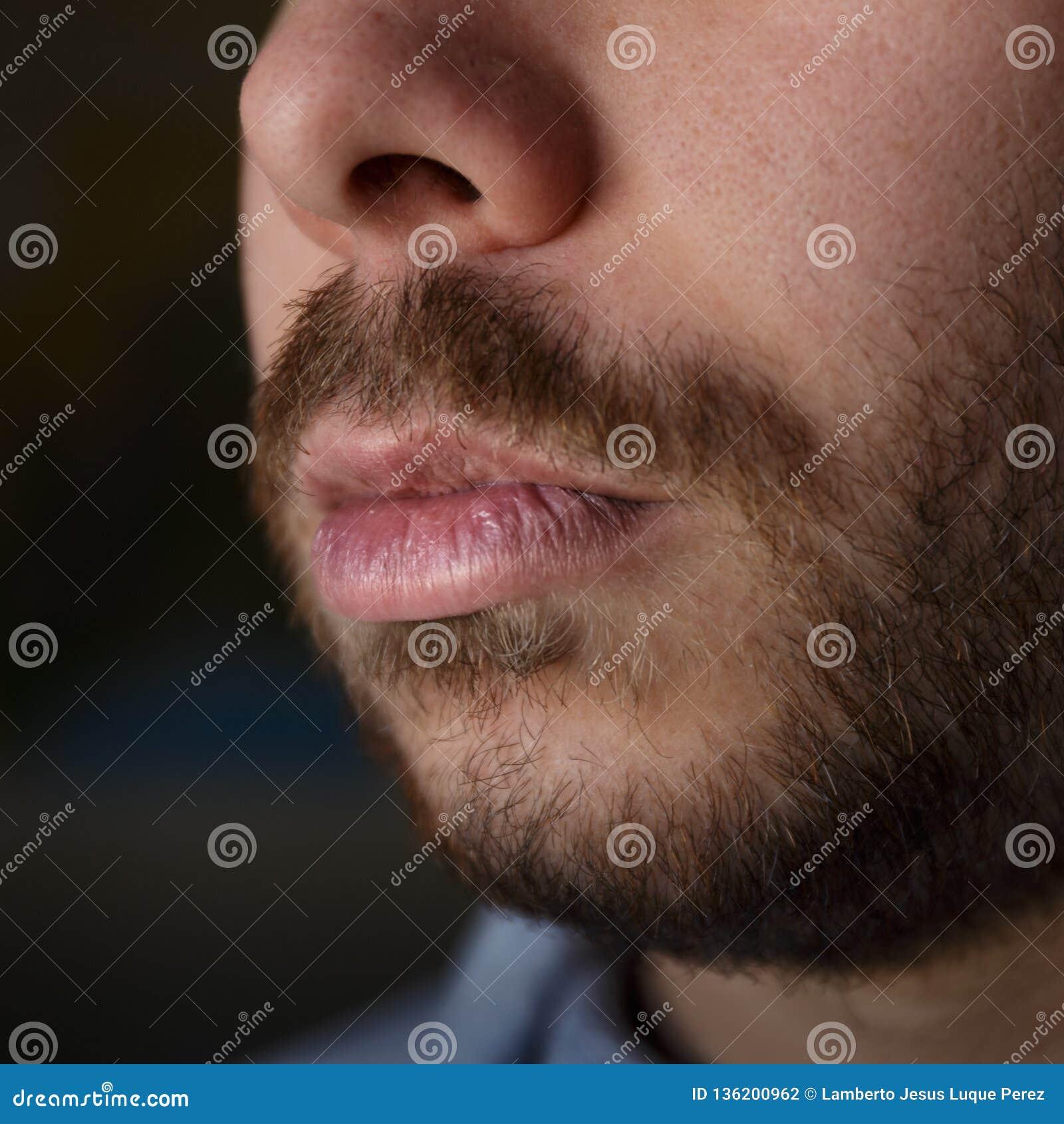 Détail des lèvres endommagées d un jeune homme avec la barbe