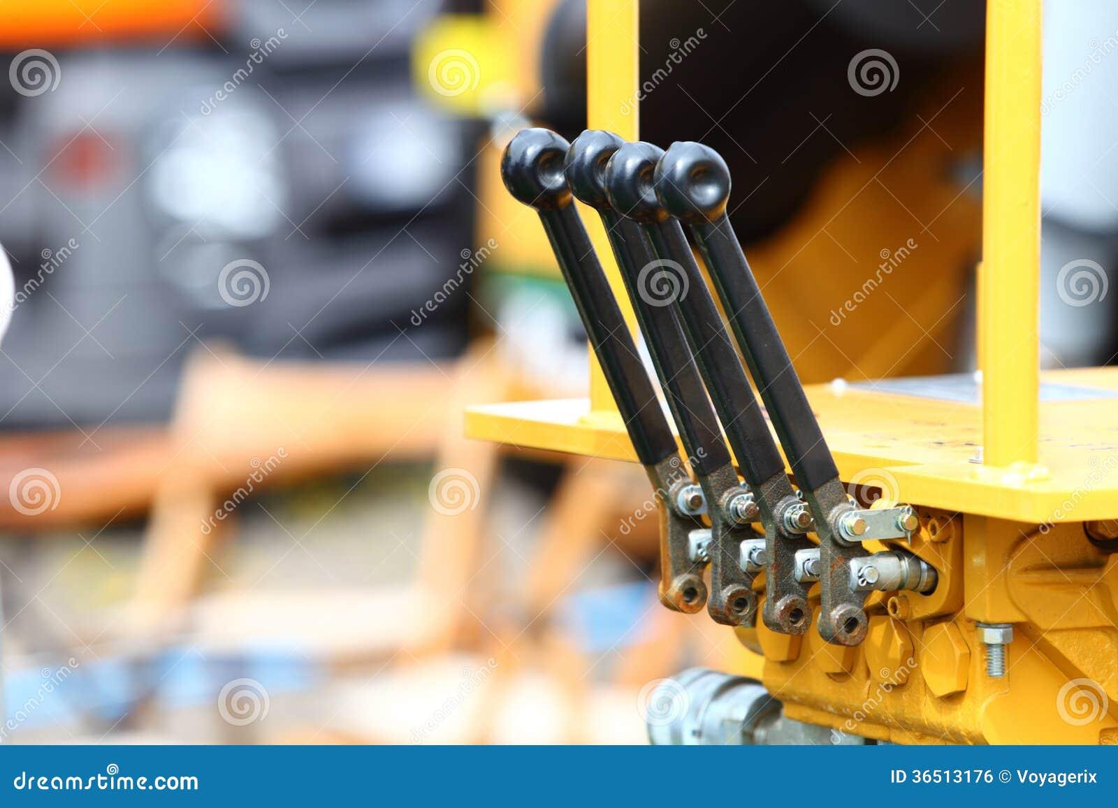 Détail des leviers sur le détail industriel de nouveau tracteur