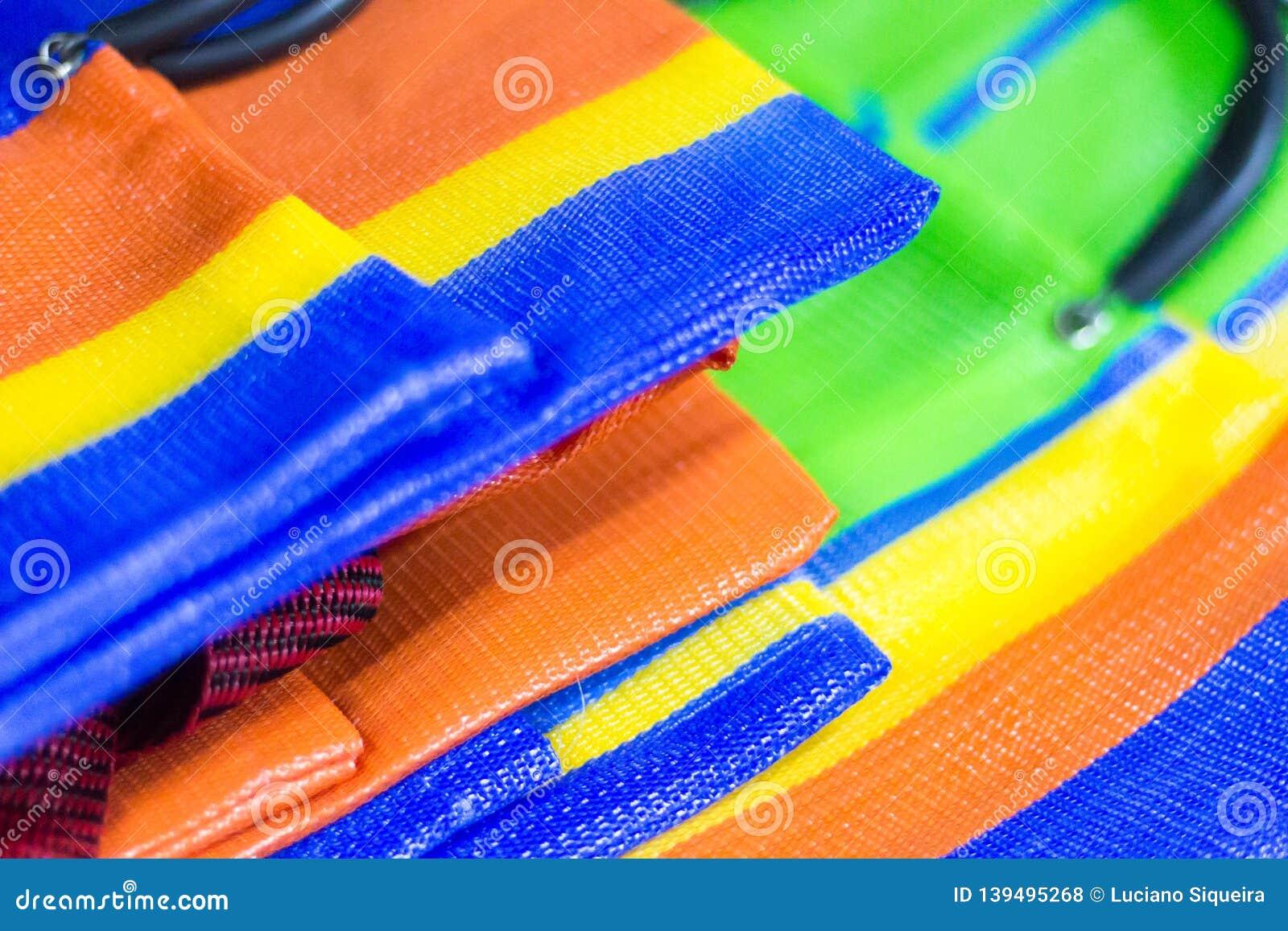Détail des sacs en nylon multicolores