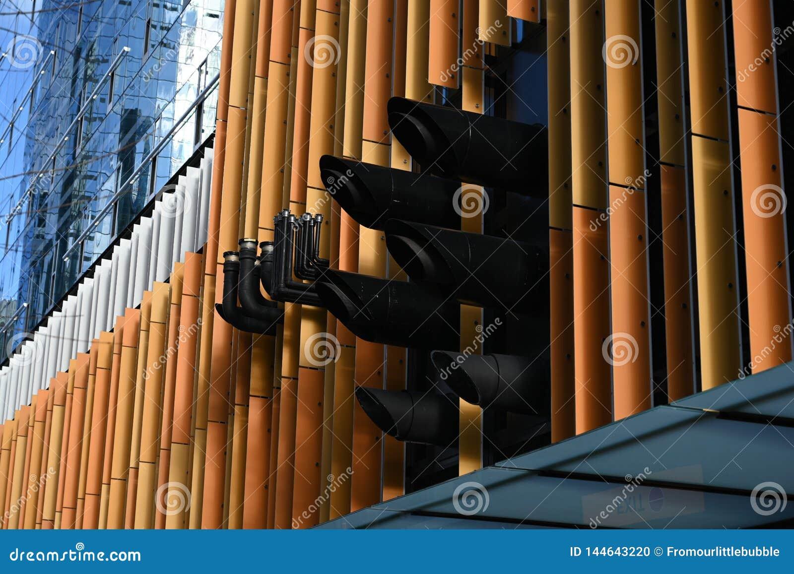 Détail du bâtiment moderne avec des tuyaux