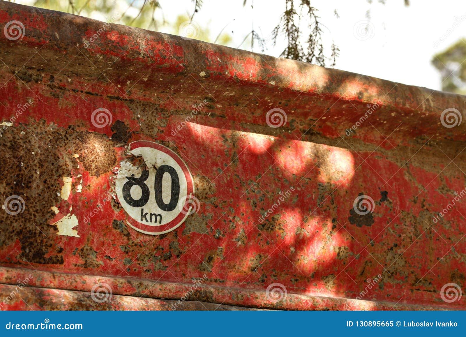Détail sur la limitation de vitesse signe de 80 km/h à l arrière du vieux camion à benne basculante