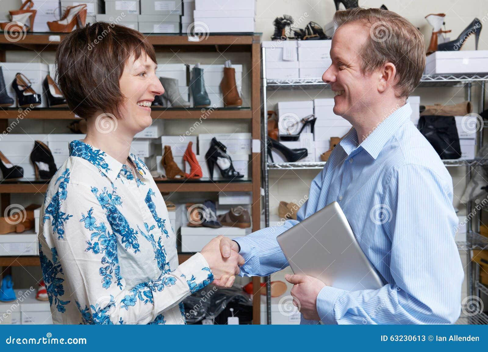 Détaillant de magasin de chaussures de Shaking Hands With d homme d affaires