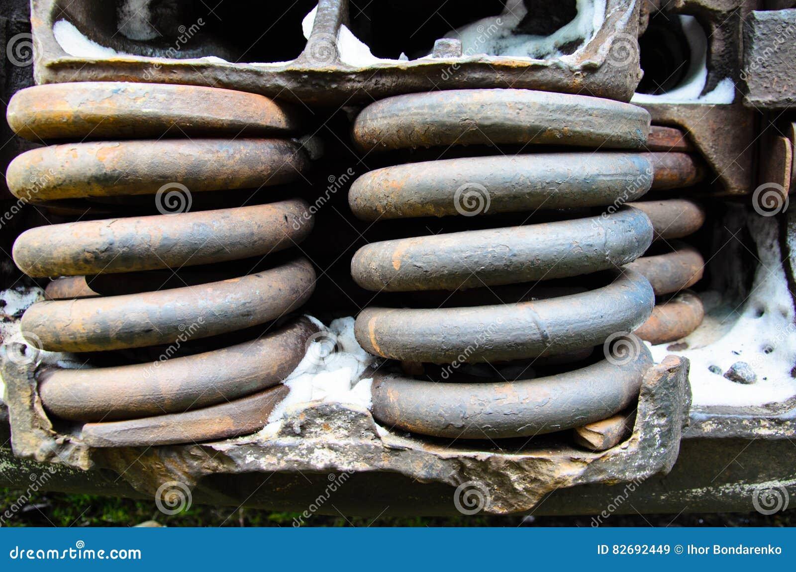 Détaillez la vue sur les ressorts rouillés du vieux wagon couvert