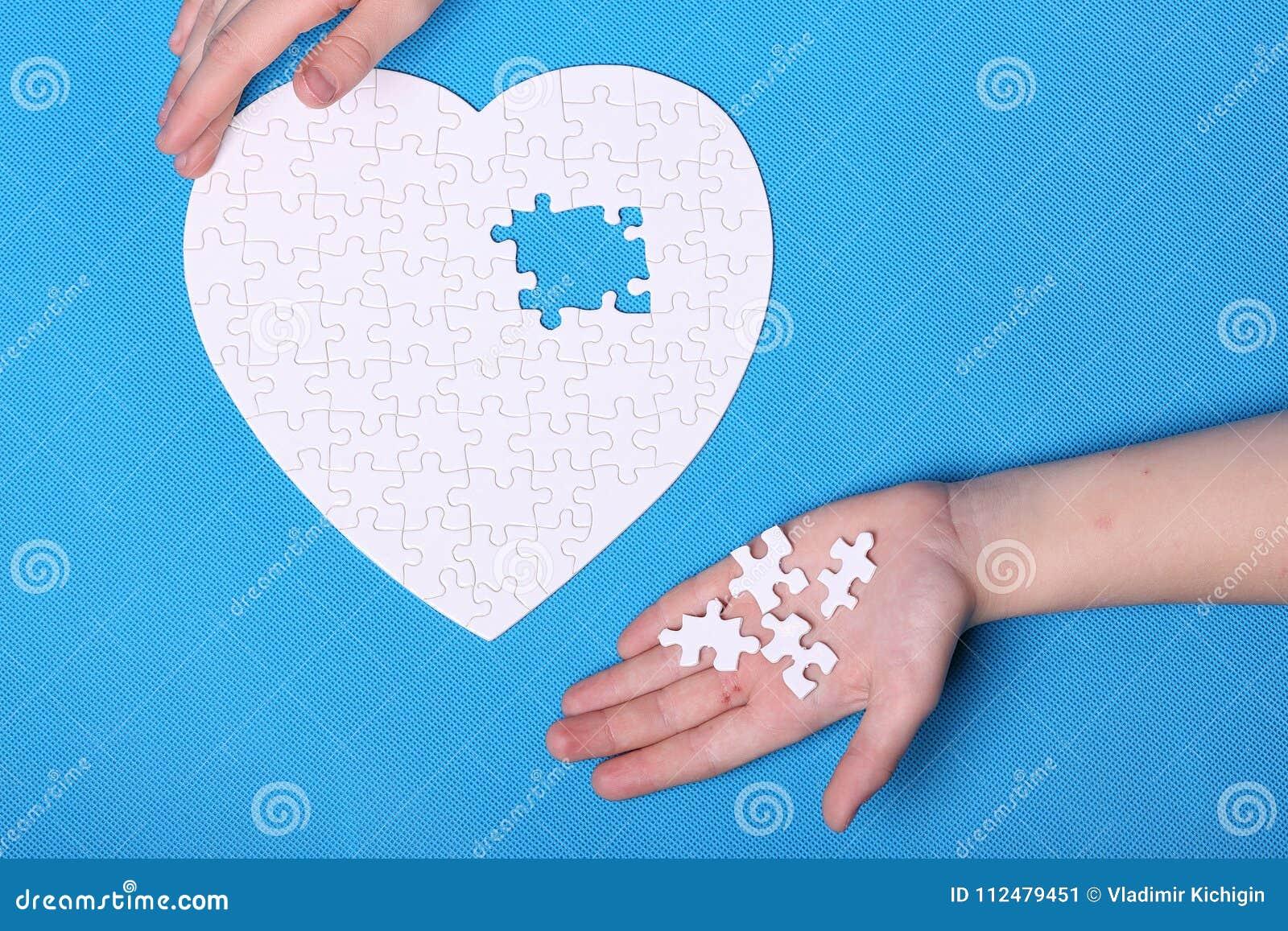 Détails blancs d un puzzle sur un fond bleu Un puzzle est une unité centrale