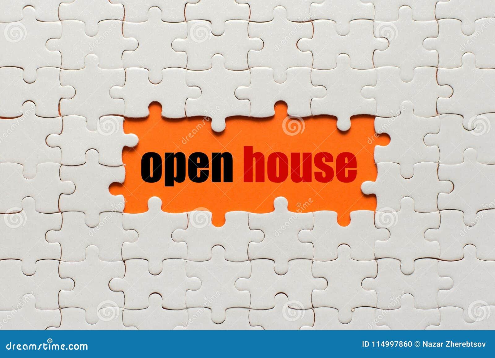 Détails blancs de puzzle sur la Chambre ouverte orange de fond et de mot