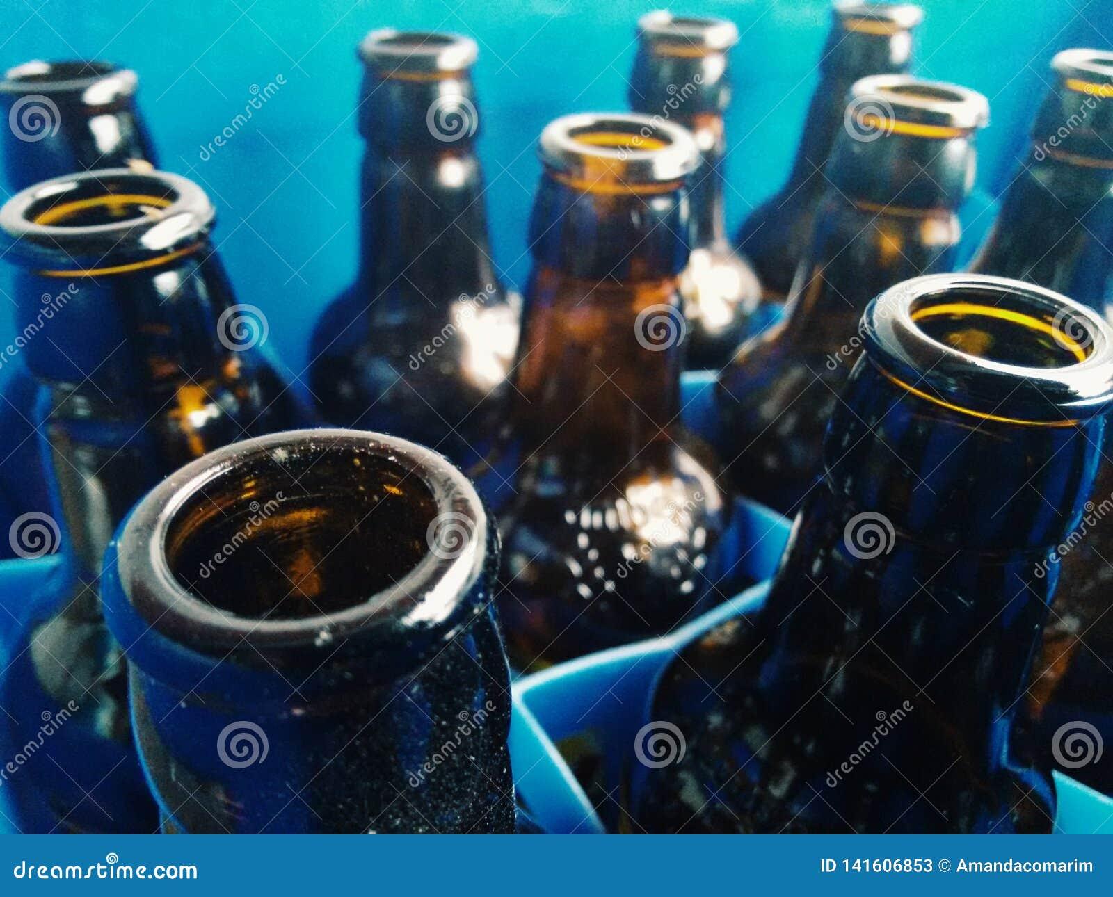 Détails des bouteilles en verre sur le plastique bleu
