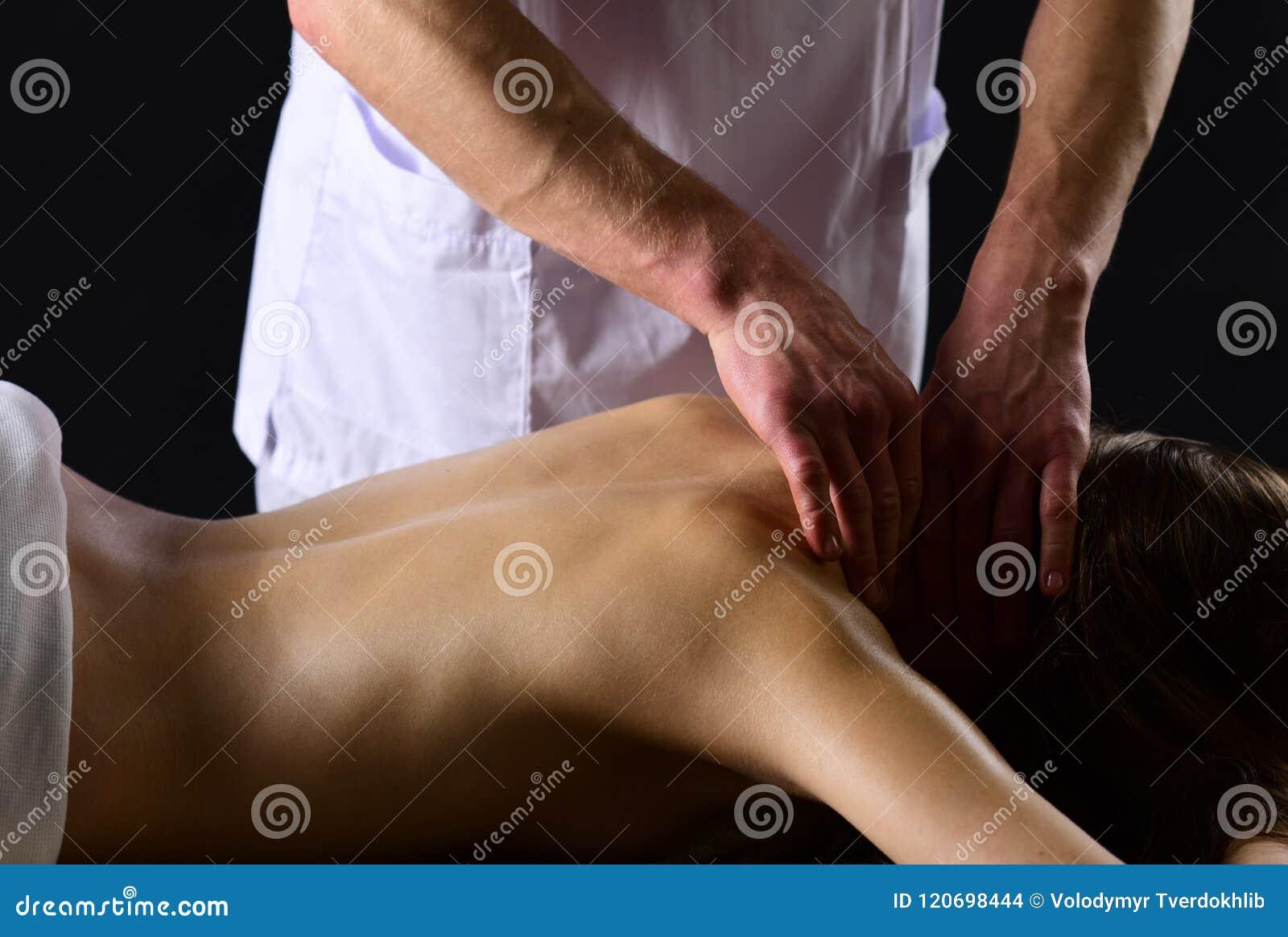 Détendez les couples sexy détendent dans la station thermale l homme détendent le massage pour la femme la femme détendent au cen