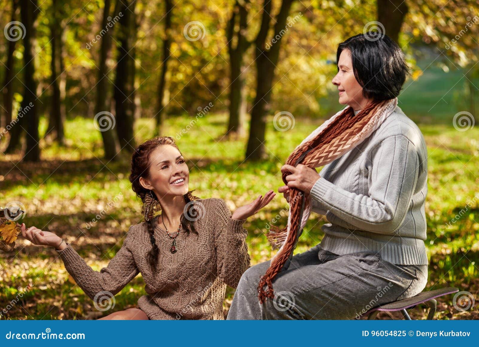 Détente ensemble en parc