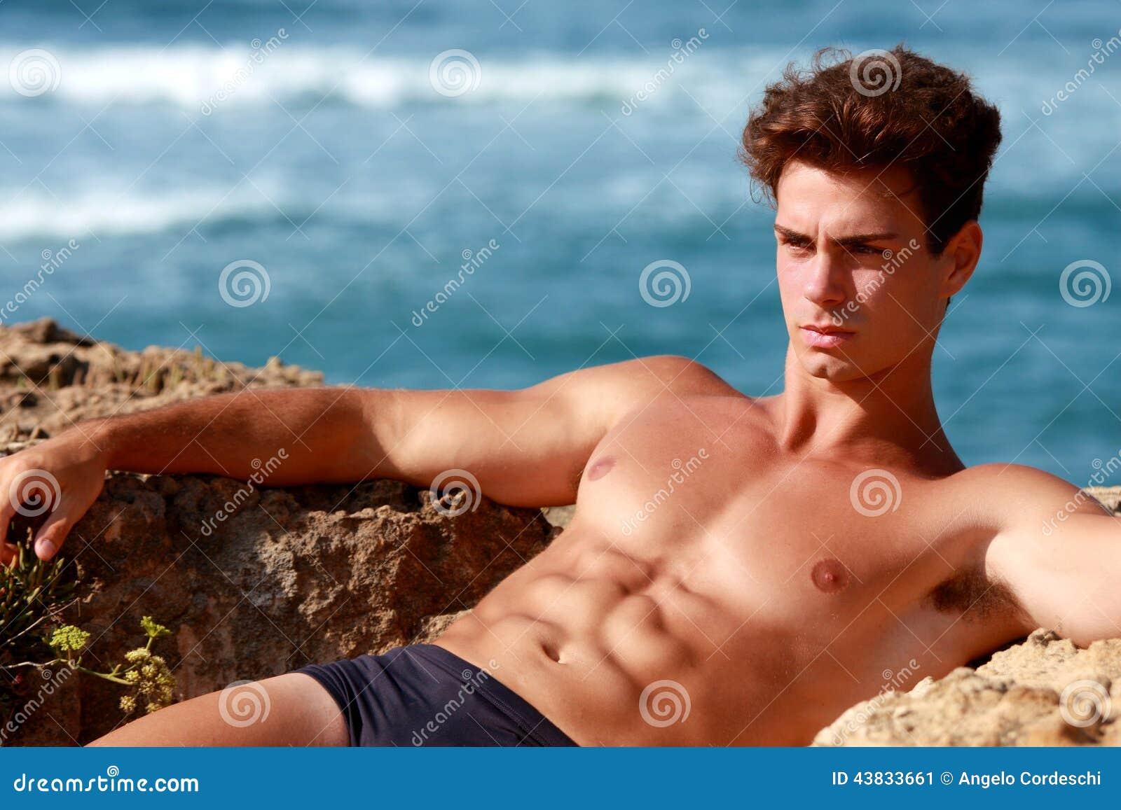 Détente musculaire de type sérieuse et réfléchie en mer