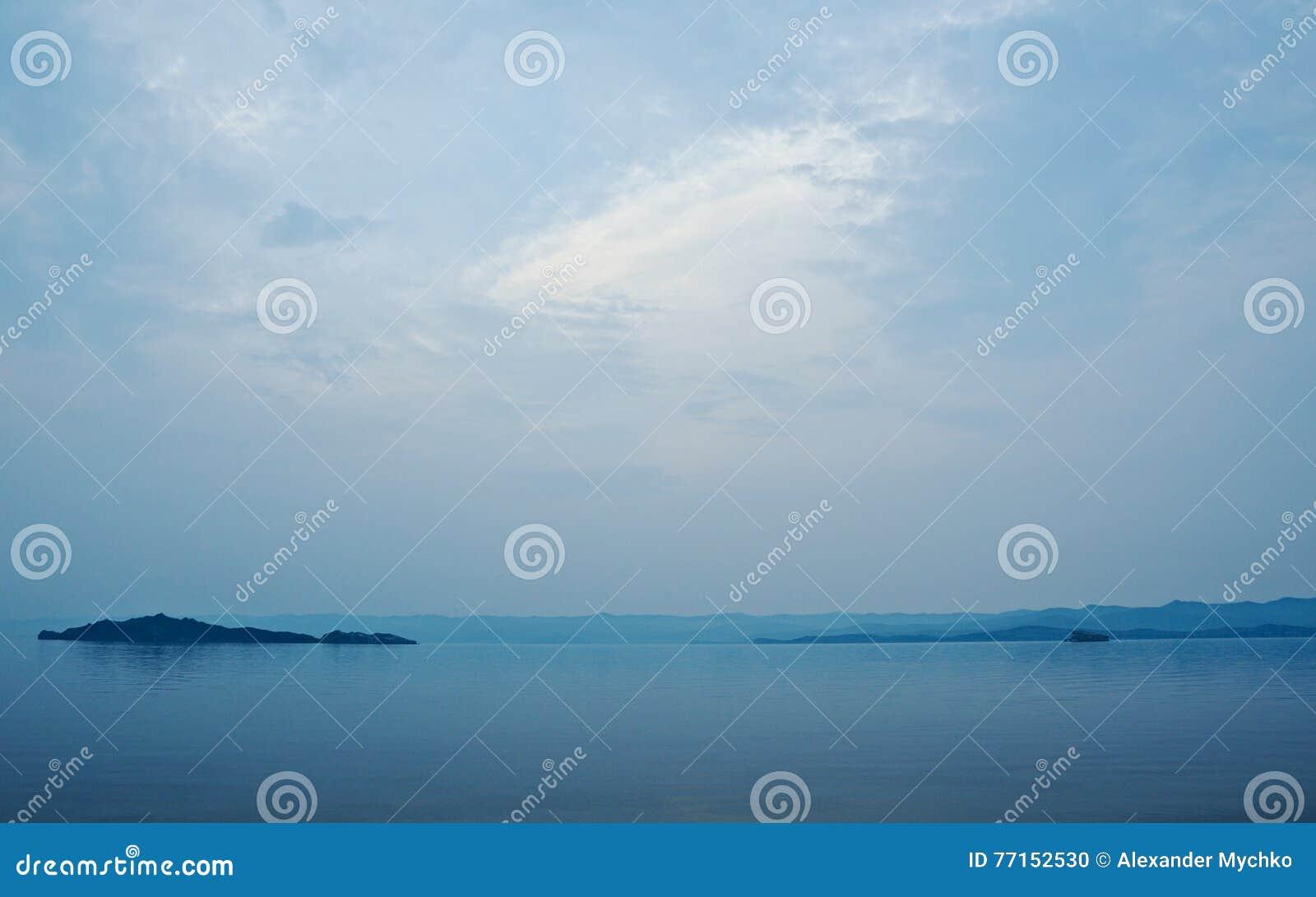 Détroit dans la vue du lac Baïkal