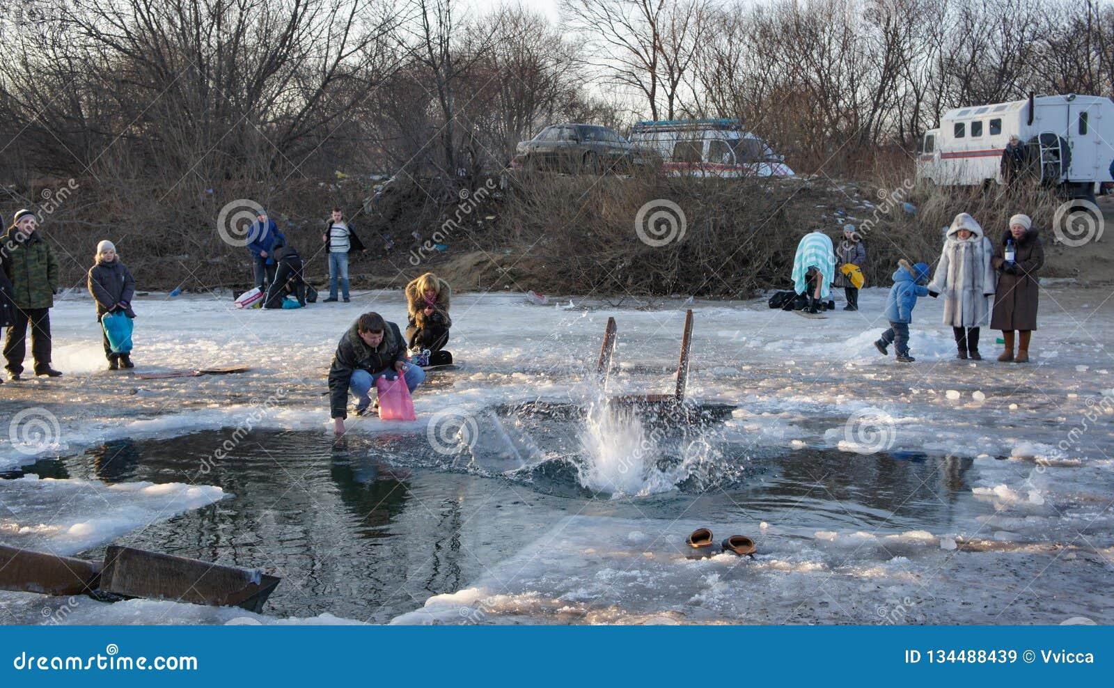 Día de fiesta de la epifanía en Primorsky Krai El nadar en el agujero