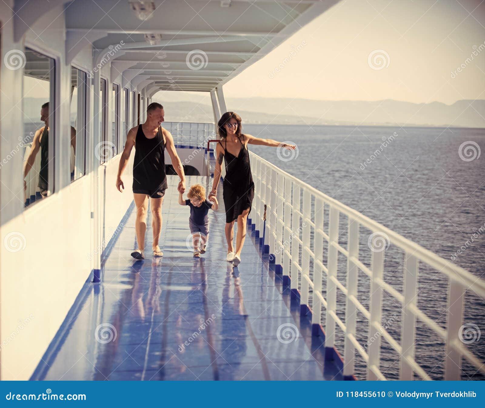 Día de fiesta de la familia Familia feliz con el hijo lindo el vacaciones de verano Familia que viaja en el barco de cruceros el