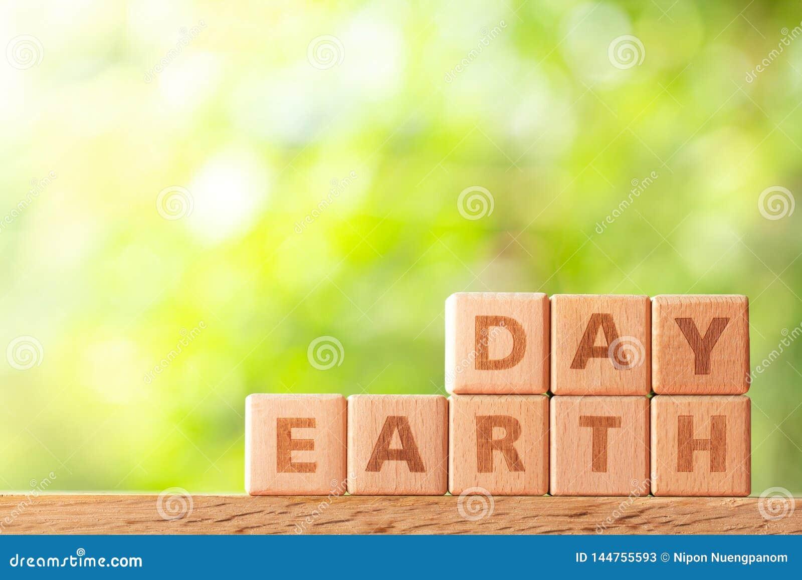 Día de la Tierra de la palabra escrito en bloque de madera en la tabla de madera