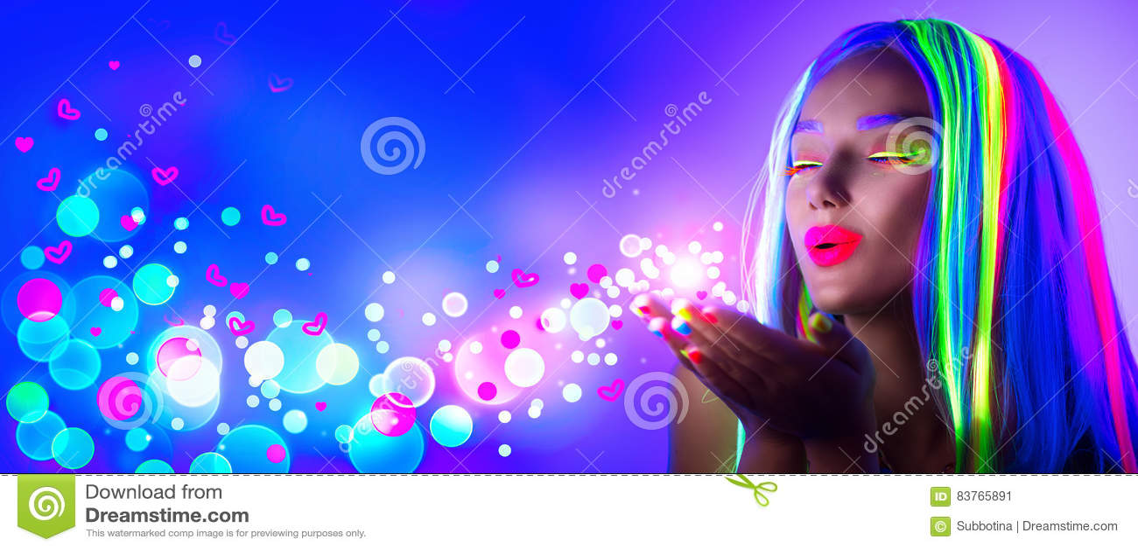 Día del `s de la tarjeta del día de San Valentín Muchacha de la belleza en partido de disco en la luz de neón