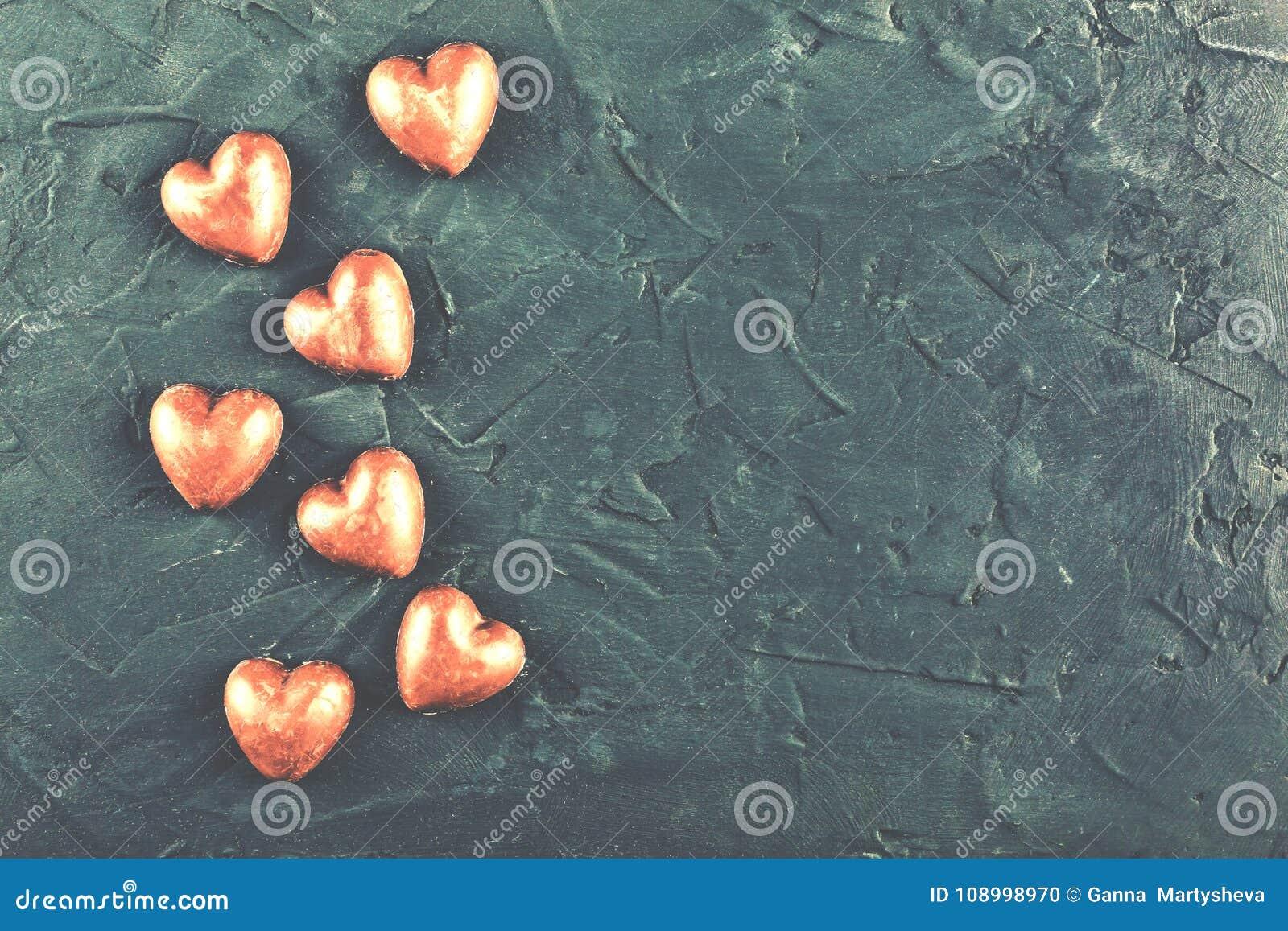 Día del ` s de la tarjeta del día de San Valentín, primer amor, felicidad del amor, corazones del chocolate