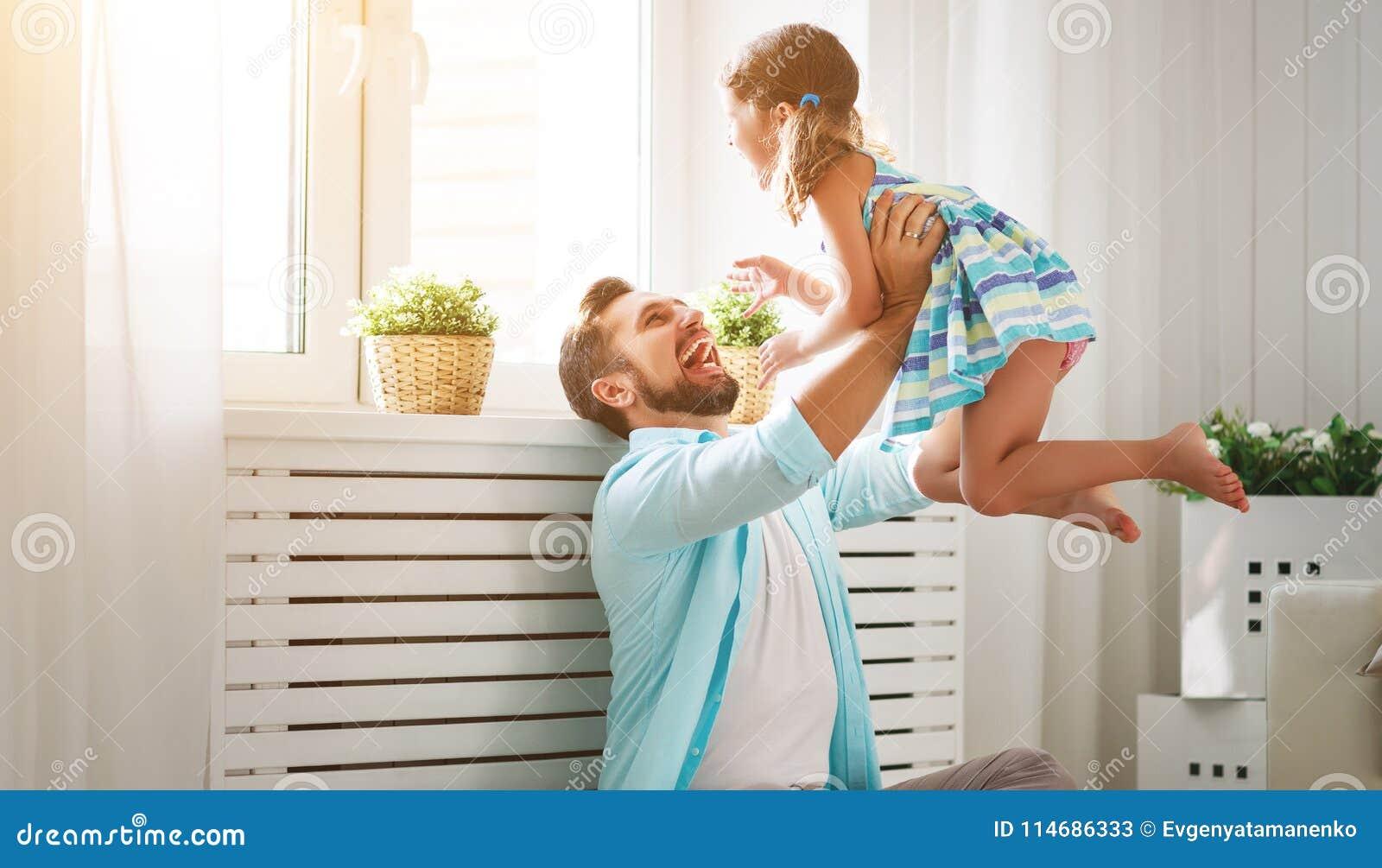 Día del `s del padre Hija feliz de la familia que abraza el papá y risas