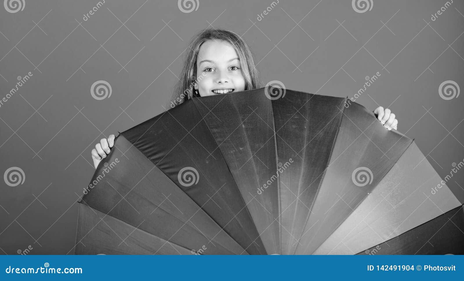 Día lluvioso positivo de la estancia sin embargo Aclare encima de vida Del niño de la ojeada paraguas colorido del arco iris haci