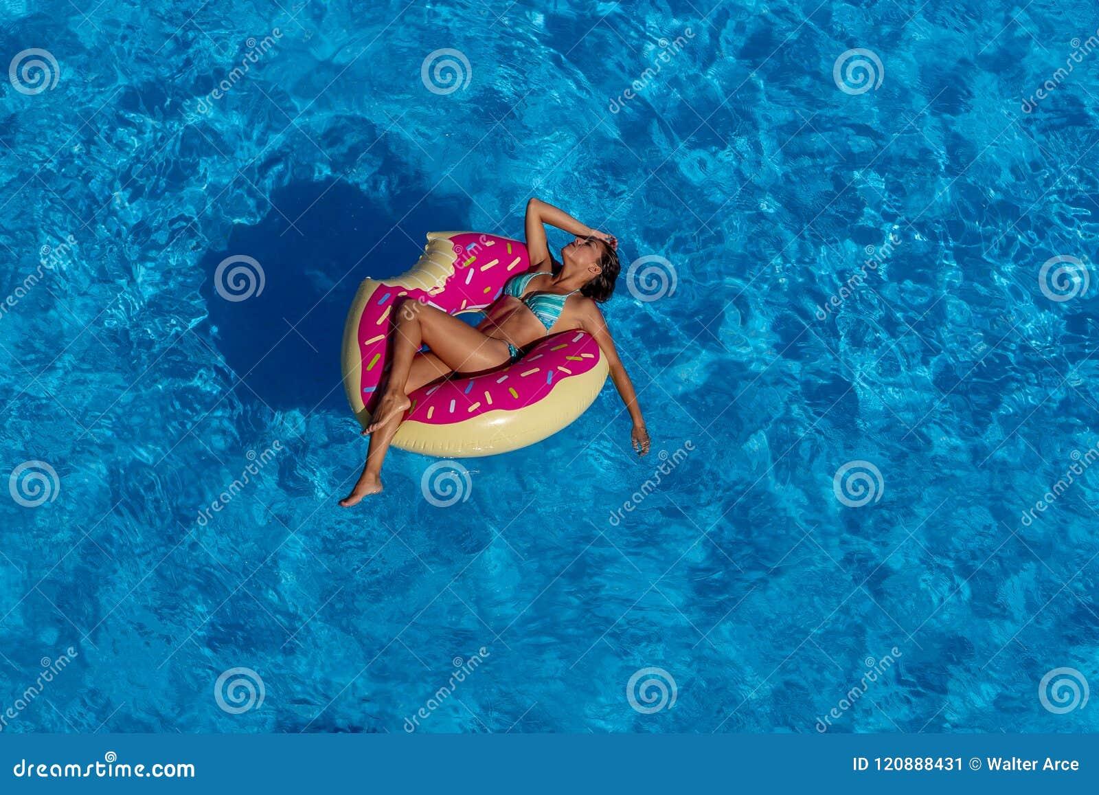 Día modelo moreno hispánico precioso de Enjoying The Summer en el Po