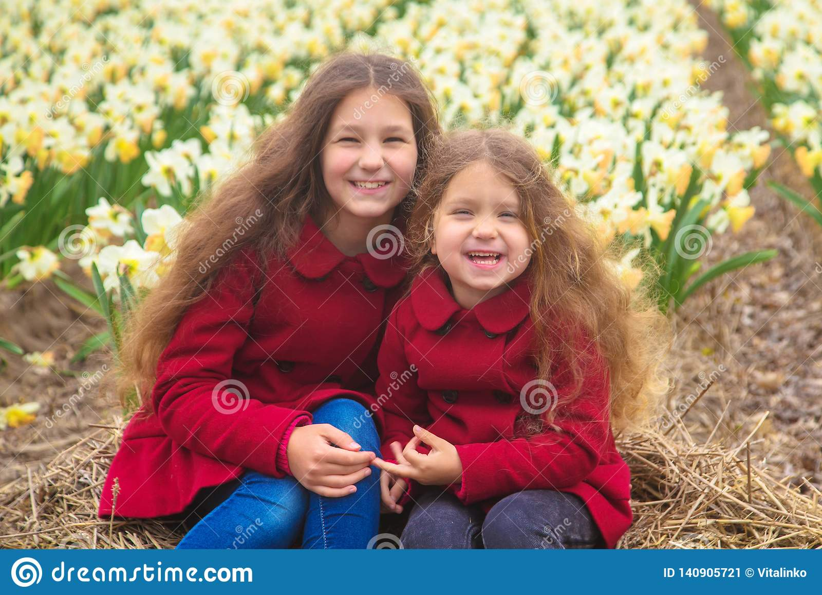 Día soleado de la primavera, primeras flores y niños felices