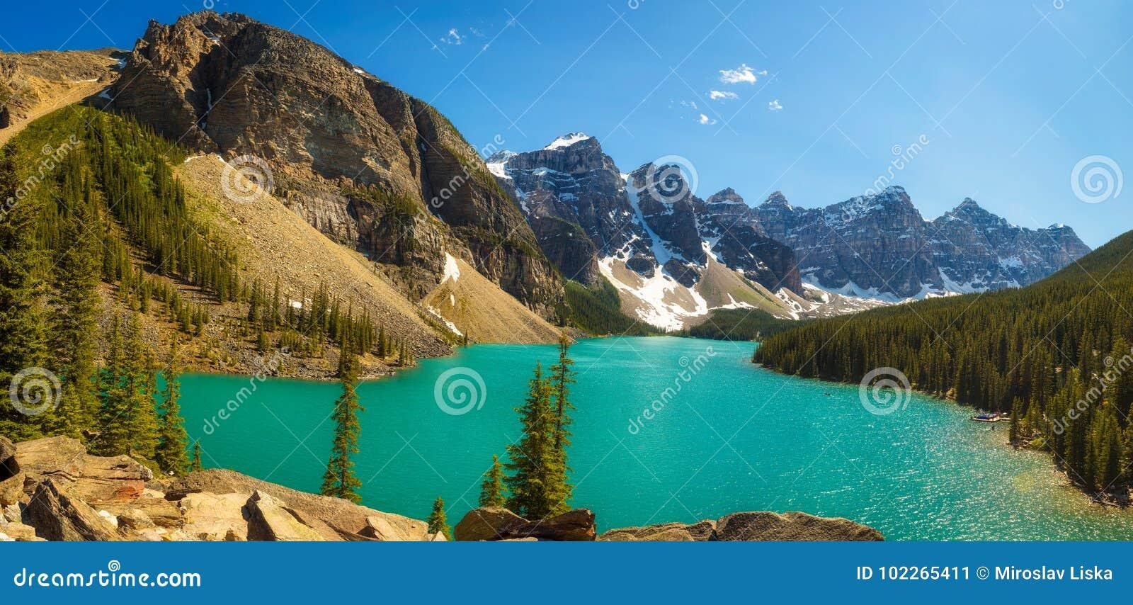 Día soleado en el lago moraine en el parque nacional de Banff, Alberta, Canadá