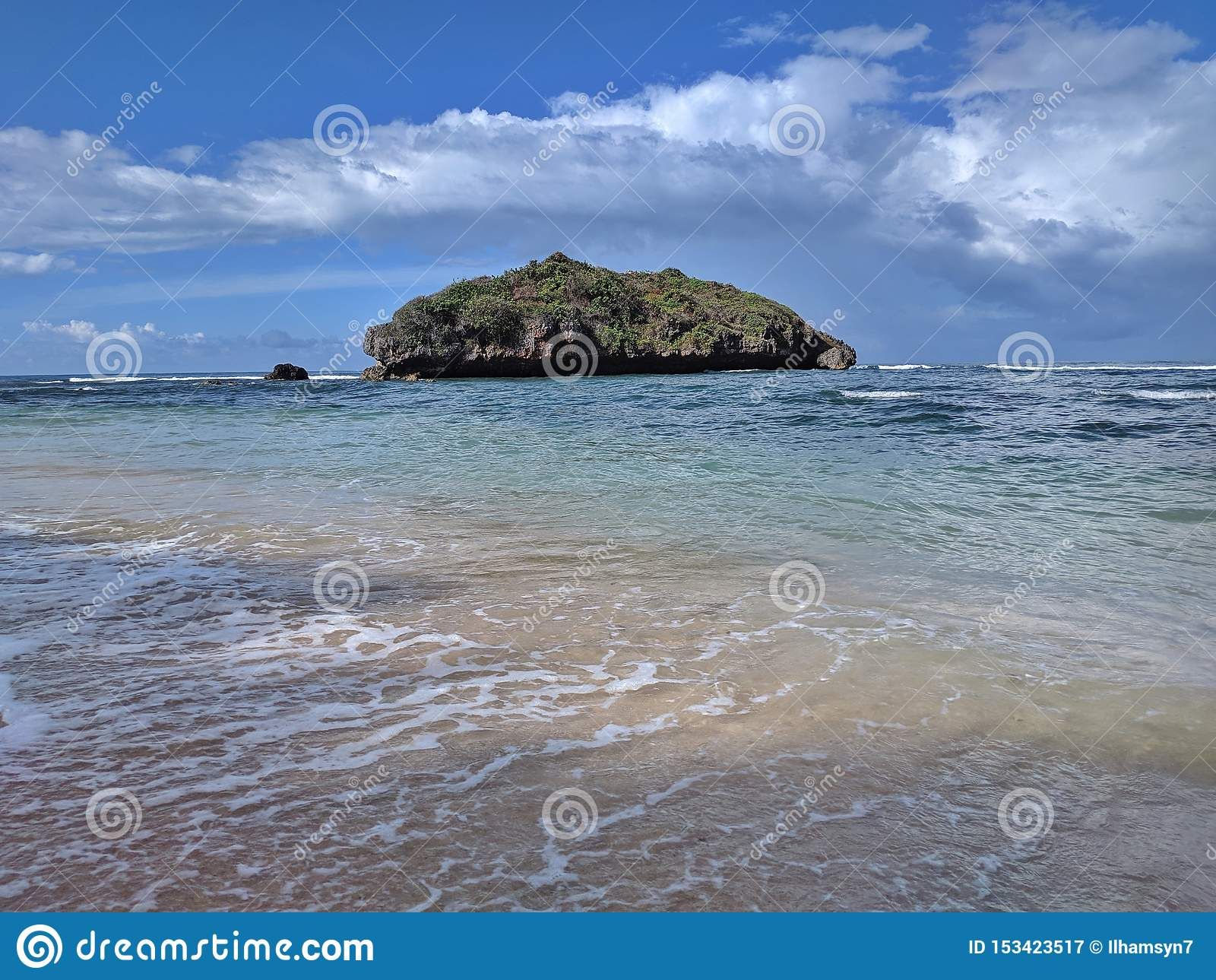 Día soleado en la playa, playa tropical hermosa en Yogyakarta, Indonesia