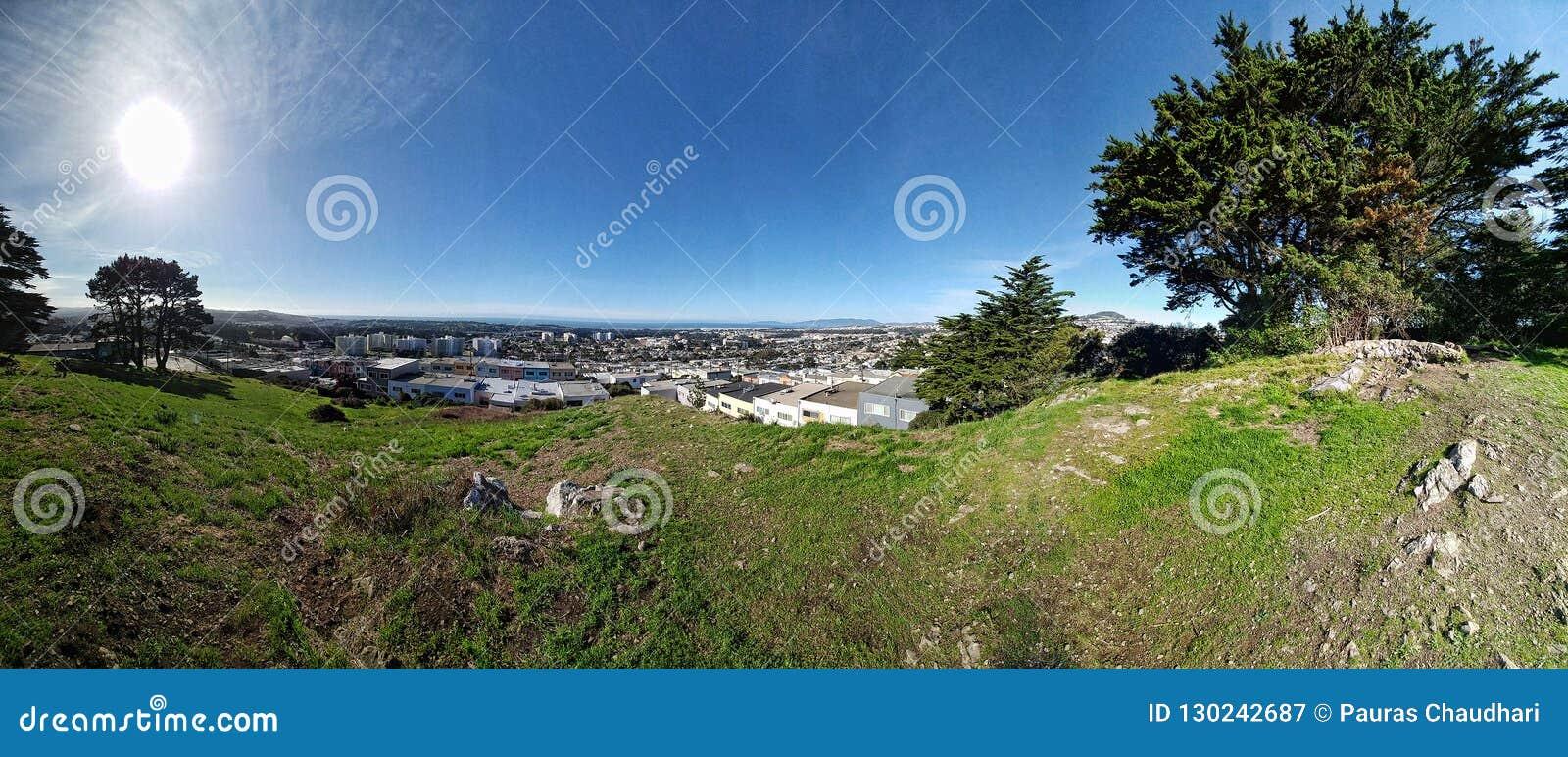 Día soleado hermoso en top de la colina de San Francisco