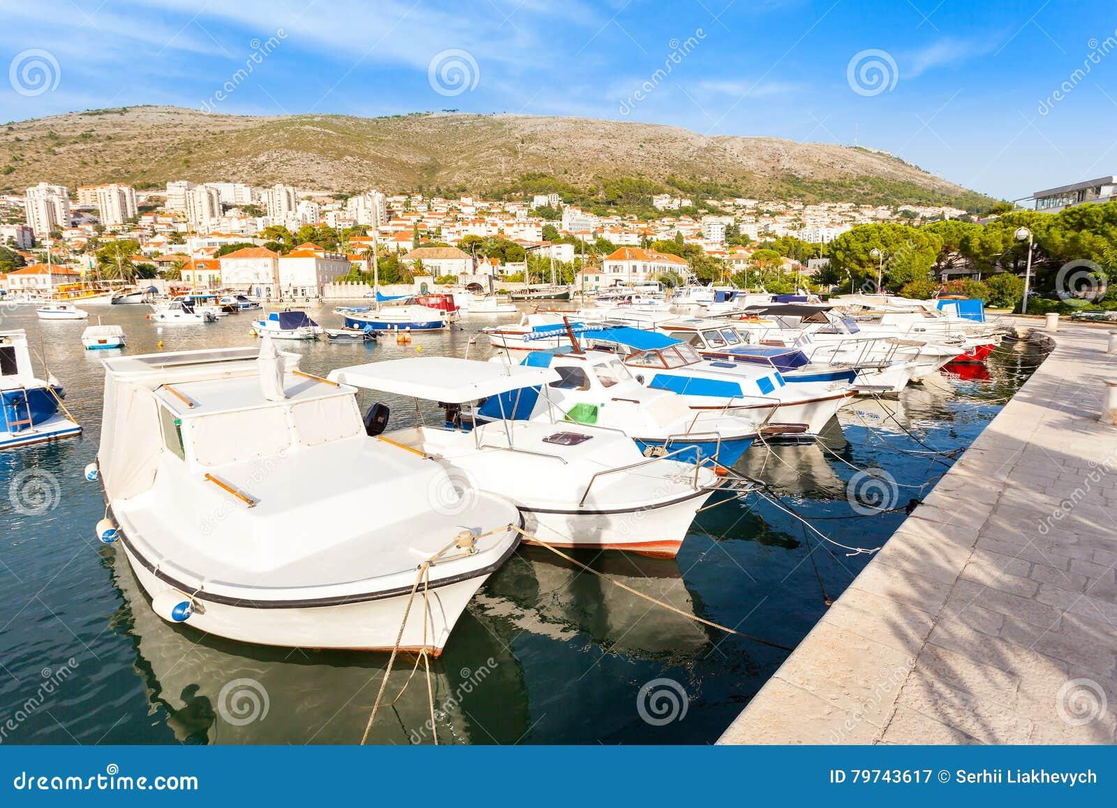 Día soleado hermoso sobre la bahía delante de Dubrovnik