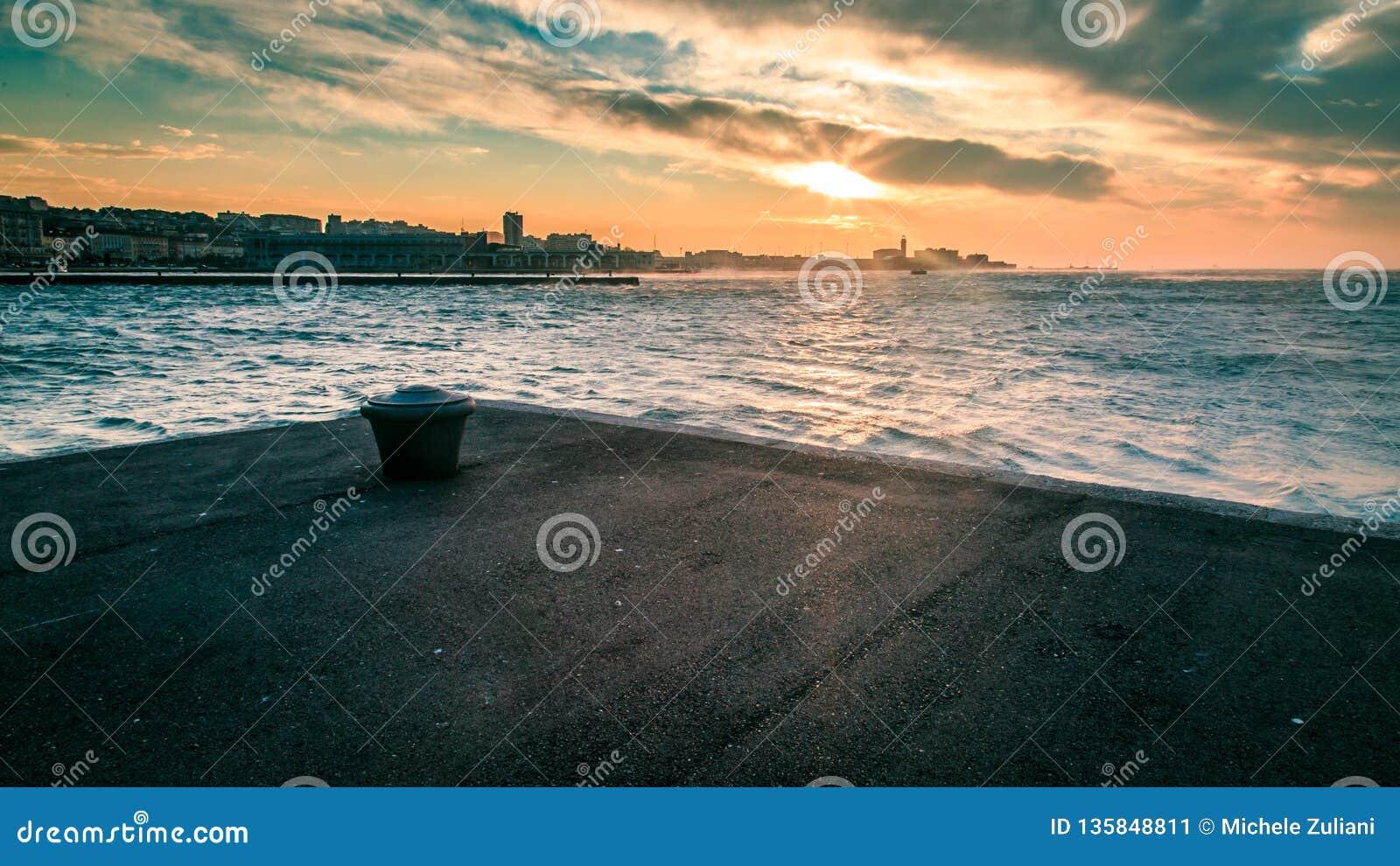 Día ventoso en la ciudad de Trieste