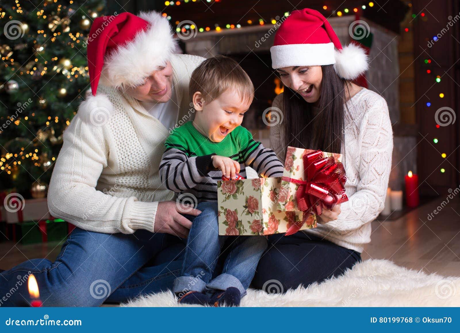 Regalos navidad padre padre que da a su hijo al regalo de navidad fotos de archivo libres de - Regalo padre navidad ...