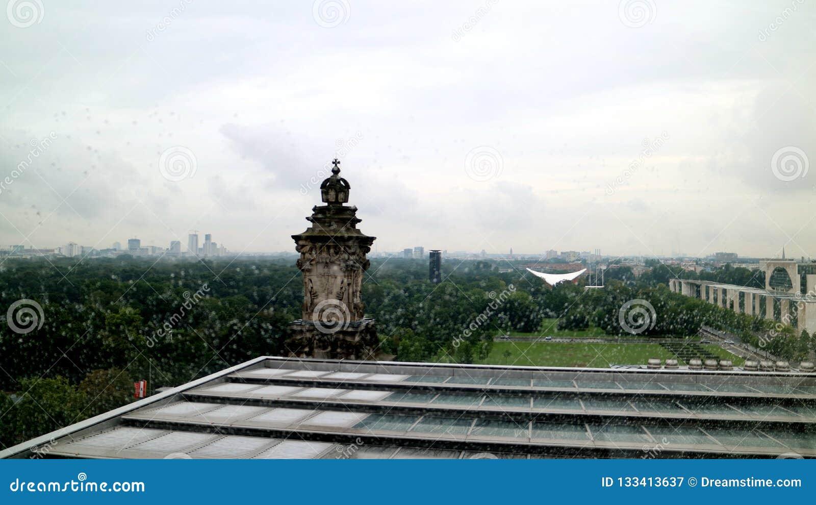 Días lluviosos del parlamento del edificio del tejado del paisaje alemán del top