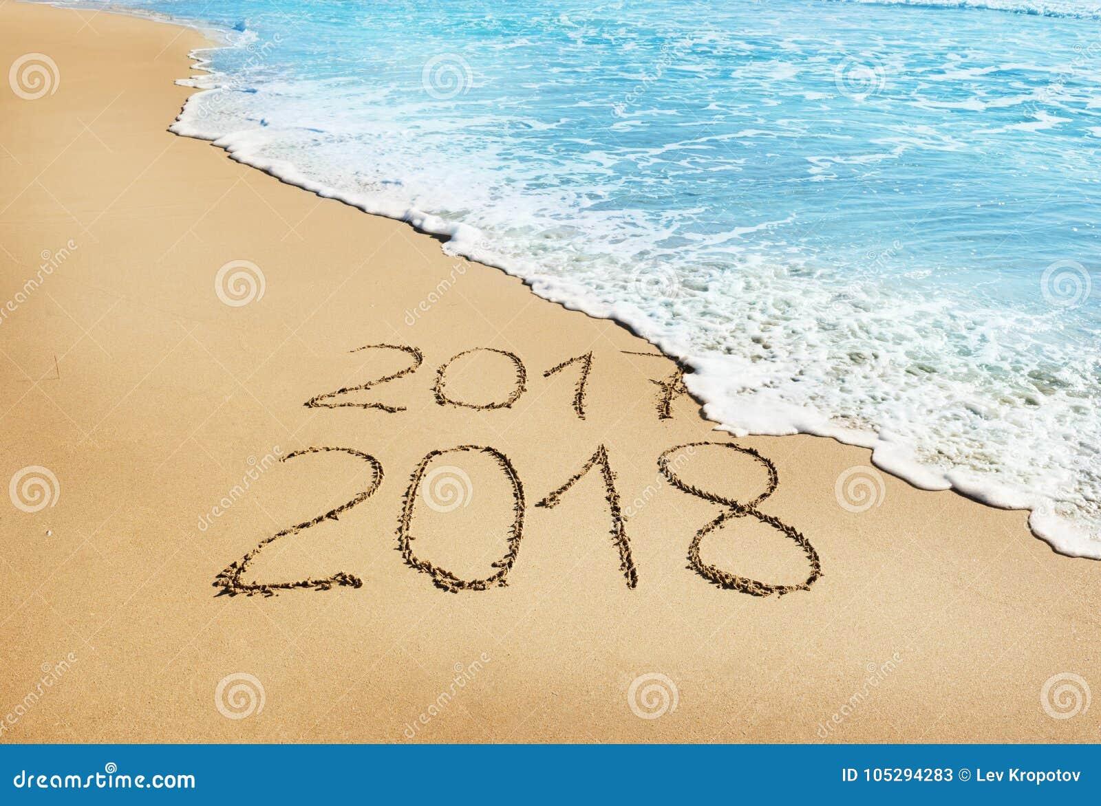 Dígitos 2017 e 2018 na areia