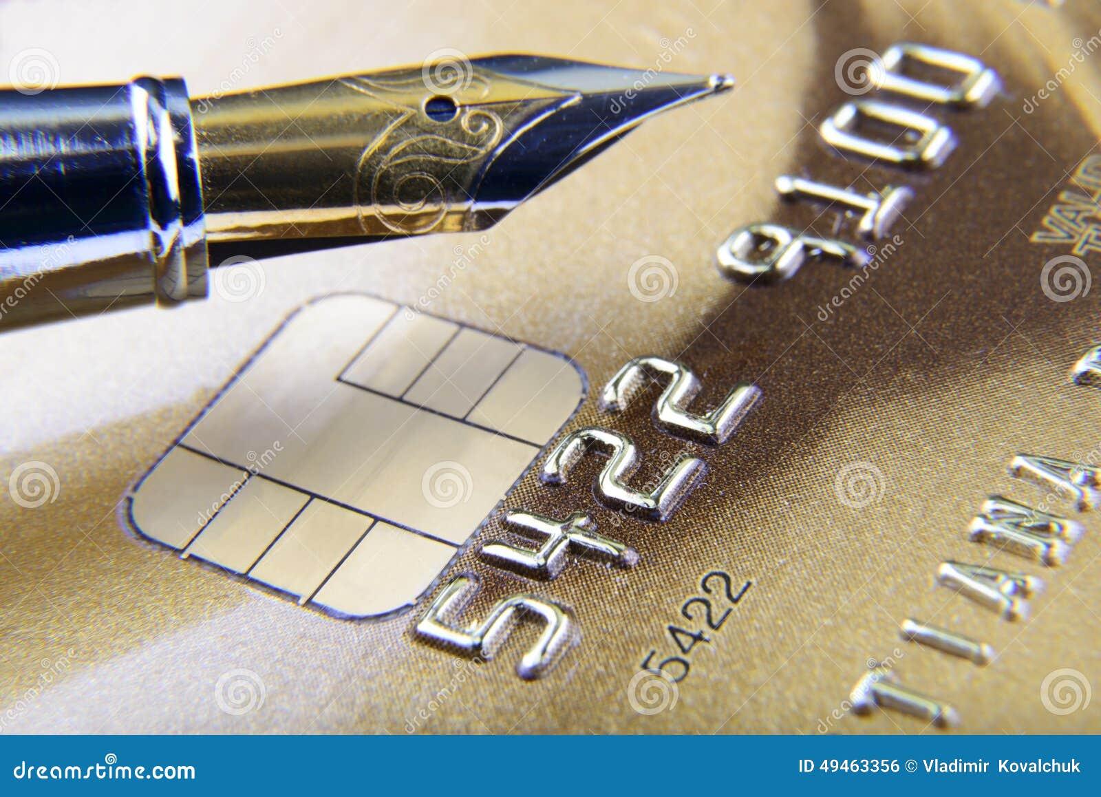 Dígitos e pena no close-up do cartão de crédito