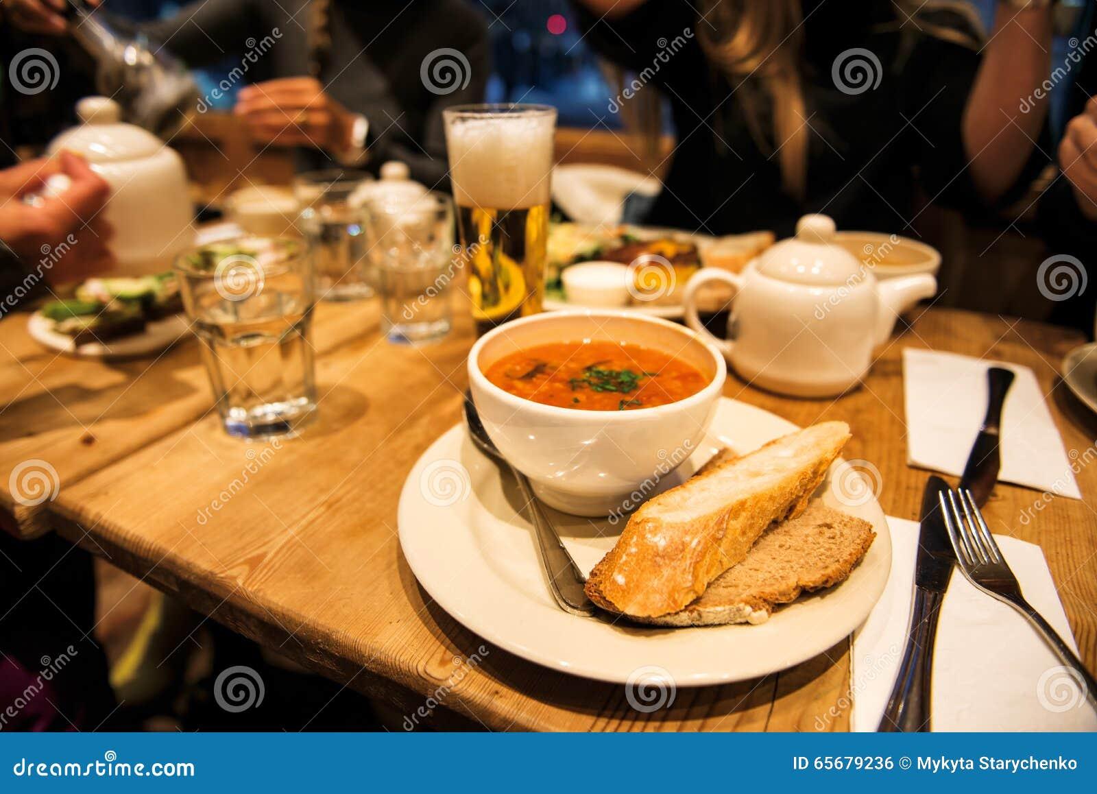 d ner avec des amis dans le restaurant avec la soupe le