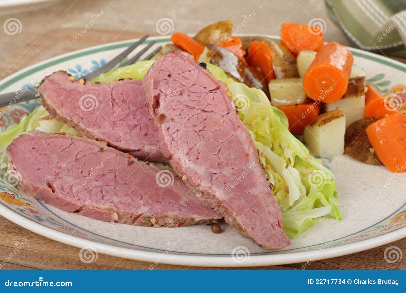 Dîner de corned beef et de chou