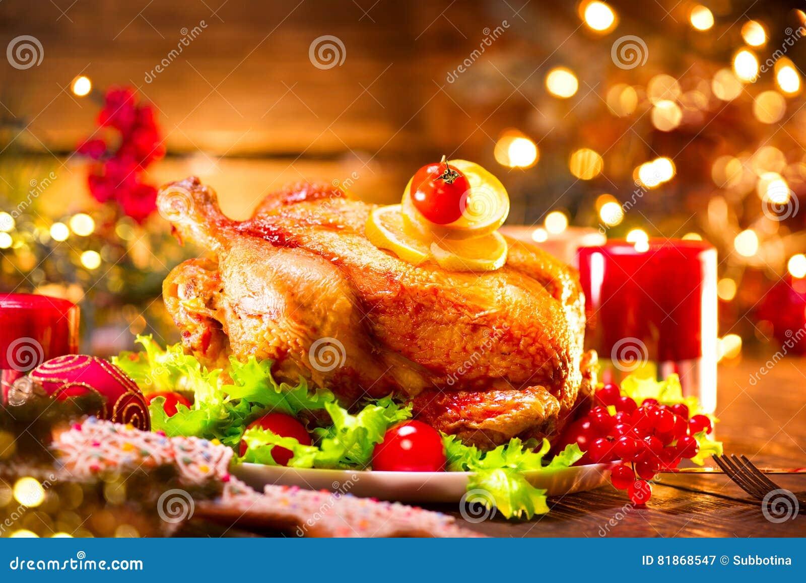 Dîner de famille de vacances de Noël Table décorée avec la dinde rôtie