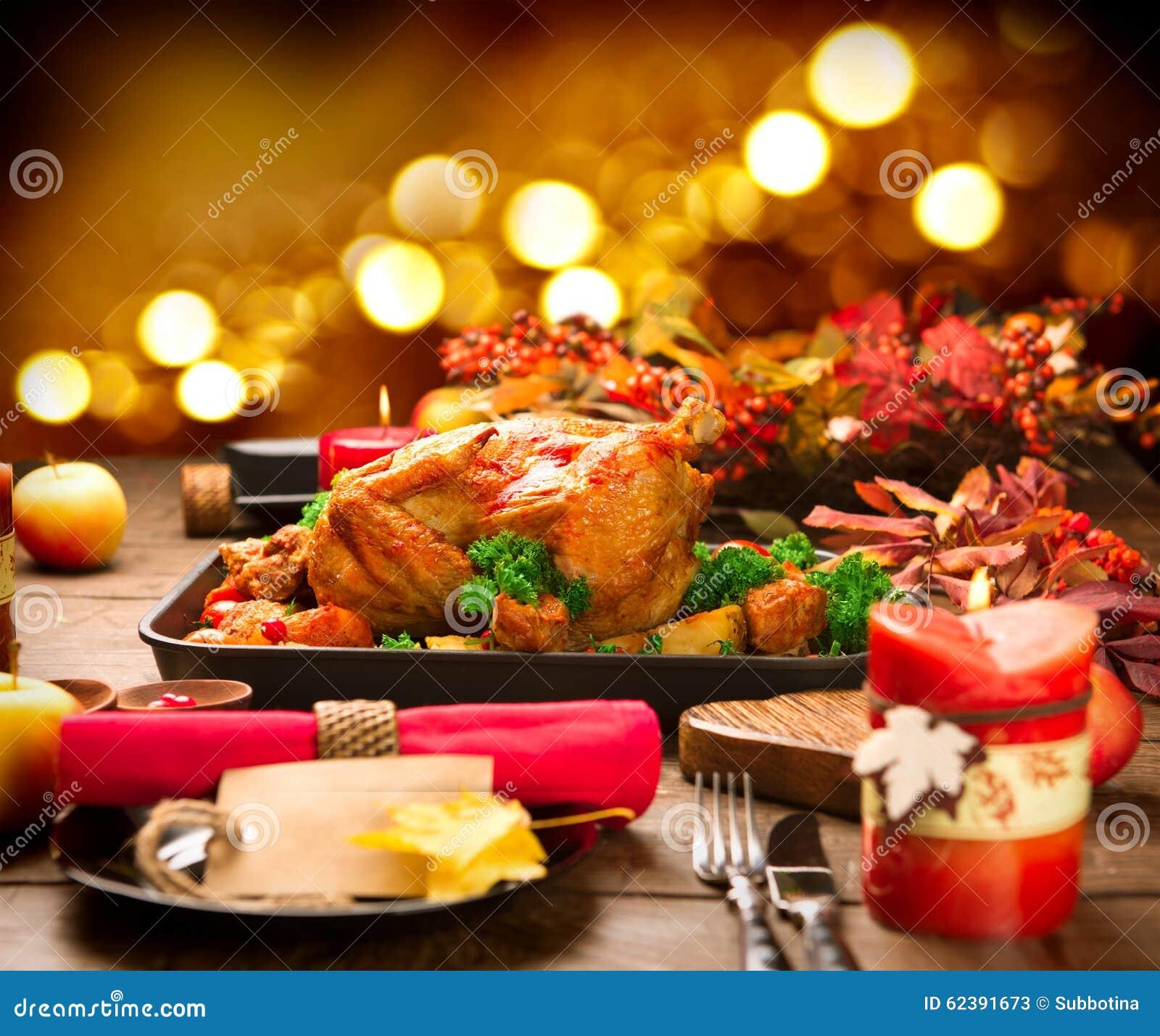 Dîner de Noël Dinde rôtie garnie avec la pomme de terre