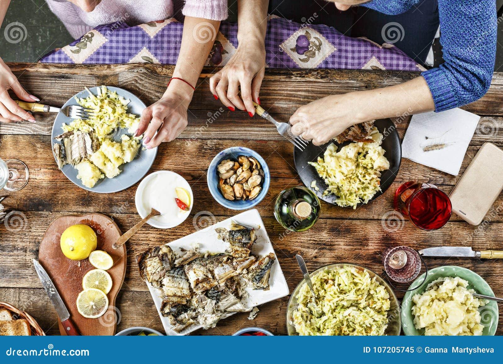 Dîner des amis Nourriture, mangeant et concept de la famille - groupe de personnes prenant le petit déjeuner et s asseyant à la t