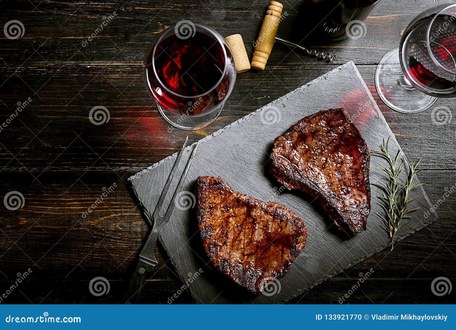 Dîner pour deux avec les biftecks et le vin rouge