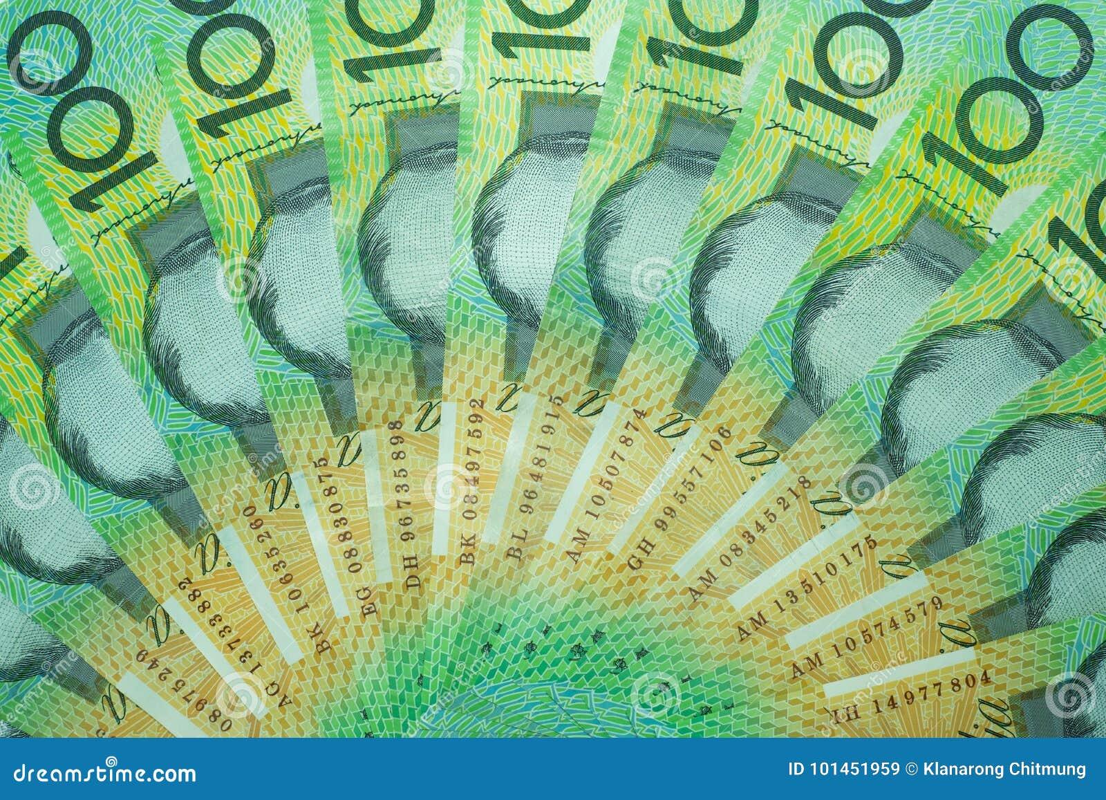 Dólar australiano, dinero de Australia 100 dólares de pila de los billetes de banco en el fondo blanco