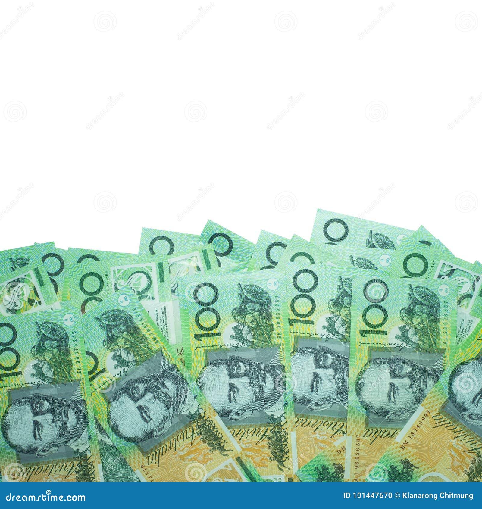 Dólar australiano, dinheiro de Austrália 100 dólares de pilha das cédulas no fundo branco com trajeto de grampeamento
