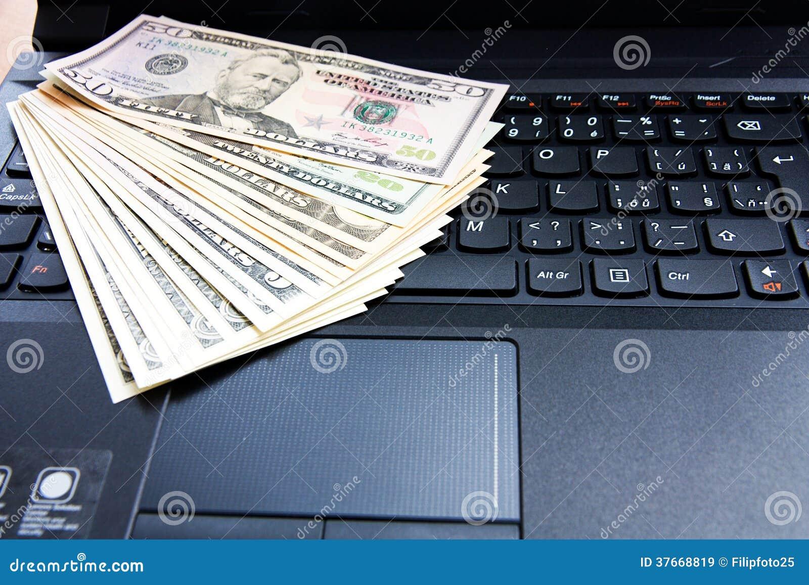 Dólares americanos en el ordenador portátil