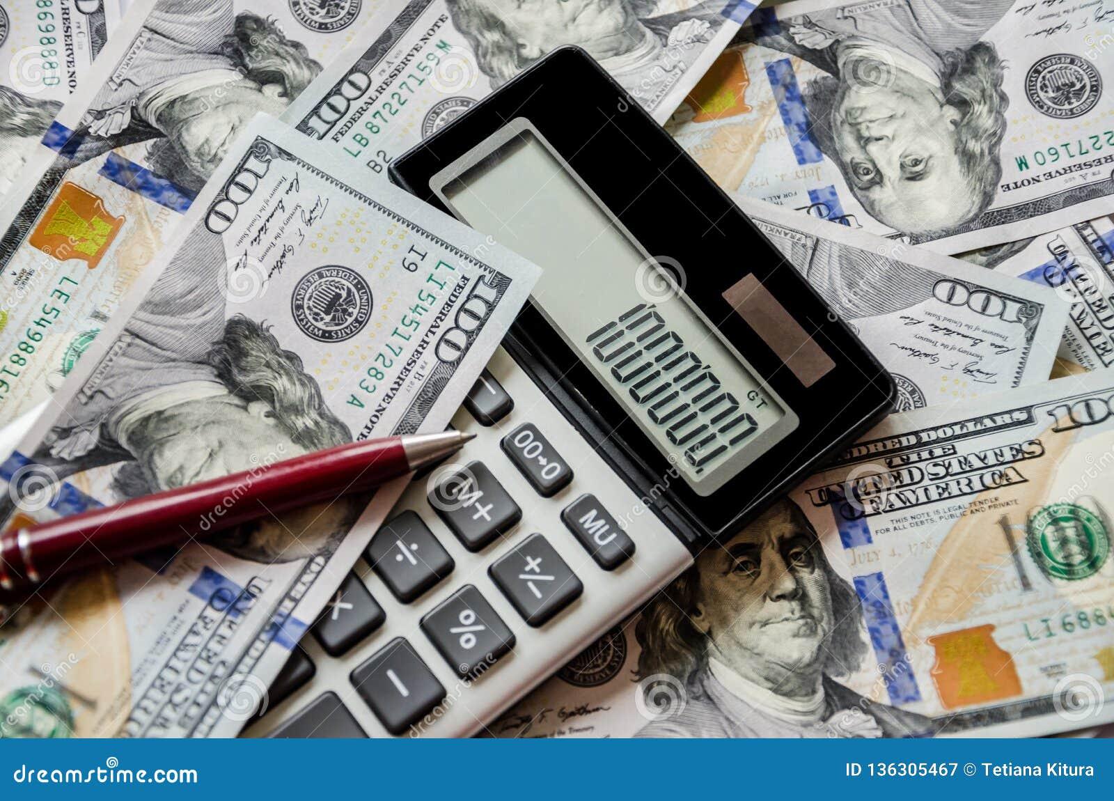 Dólares, calculadora e pena