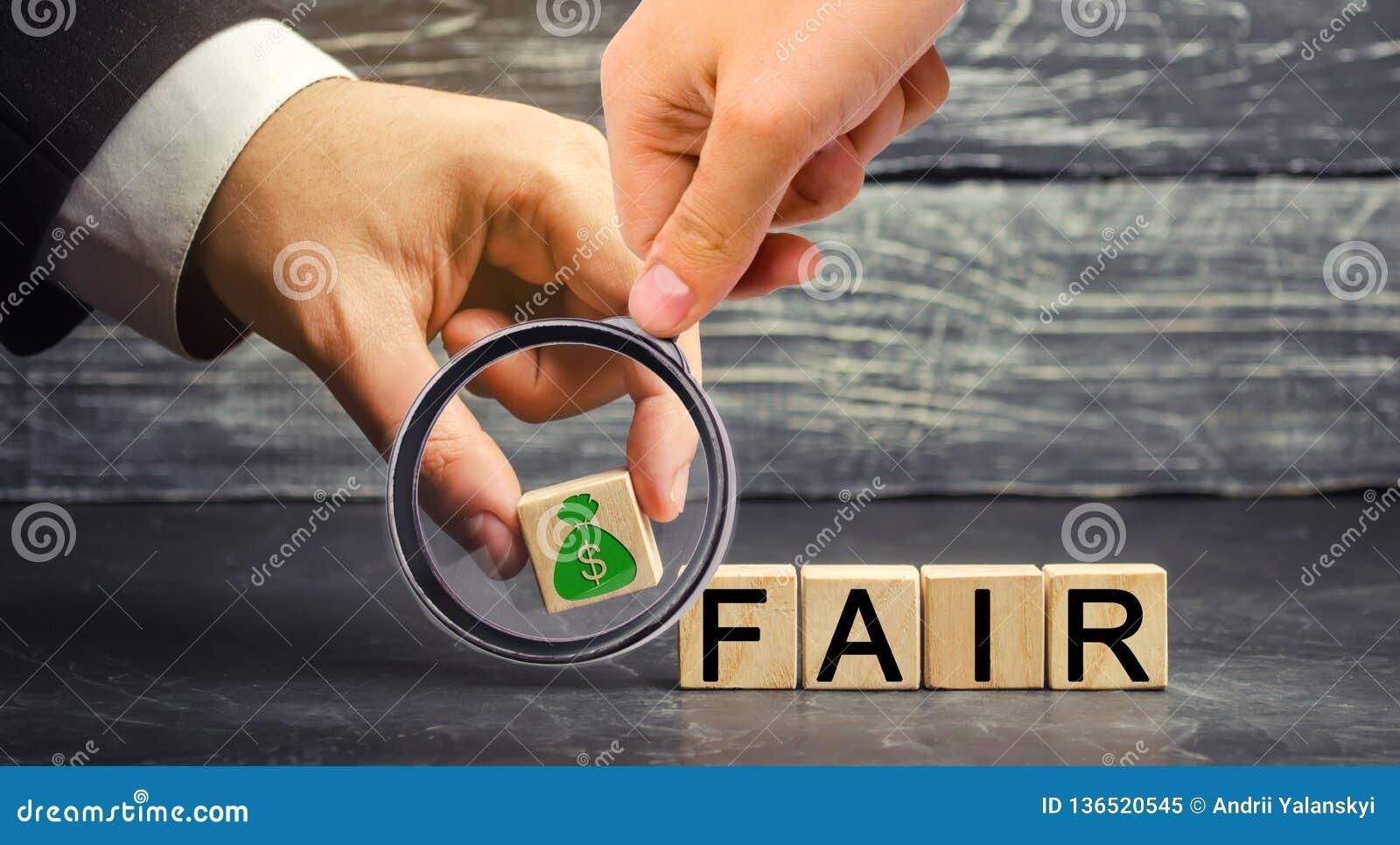 Dólares e o ` justo do ` da inscrição em blocos de madeira balanço Fixação do preço do valor justo, débito do dinheiro Negócio ju