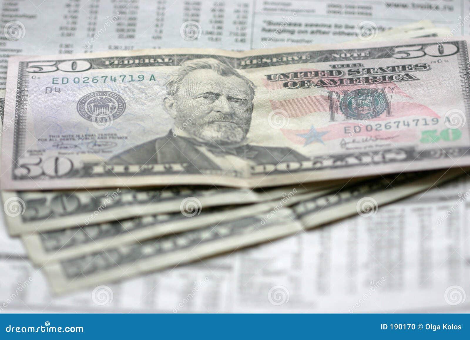 Dólares y periódico