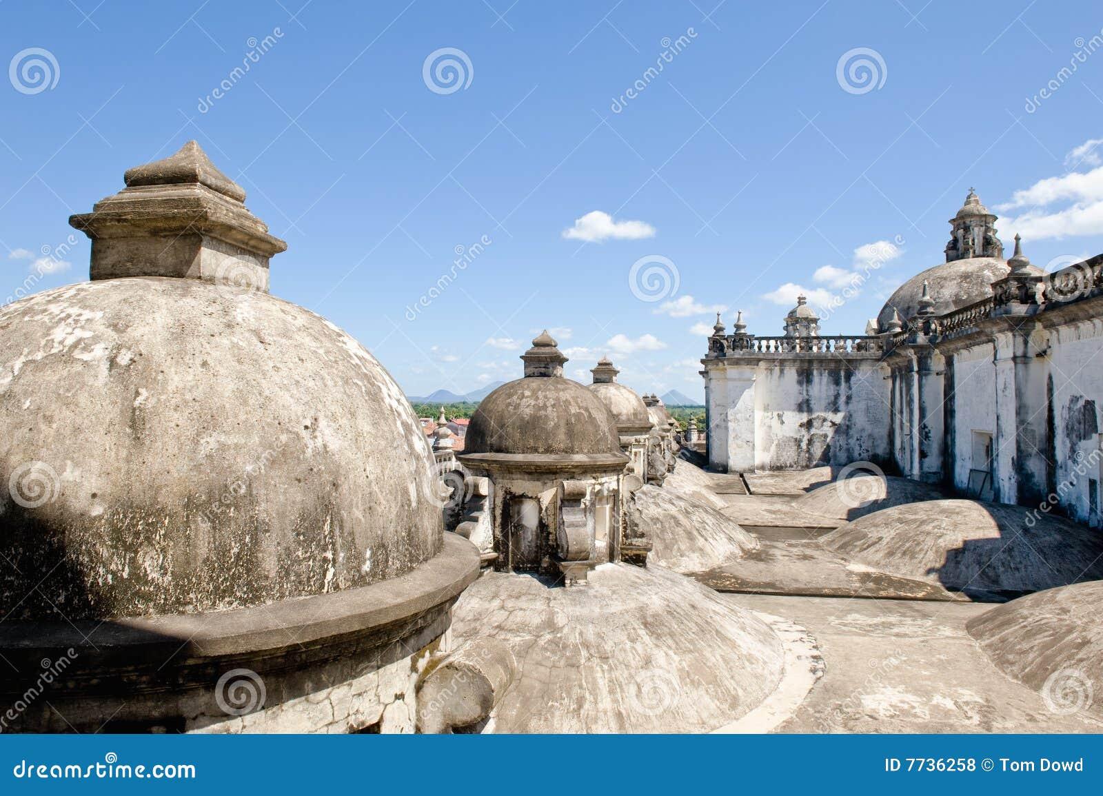 Dômes sur le toit de cathédrale