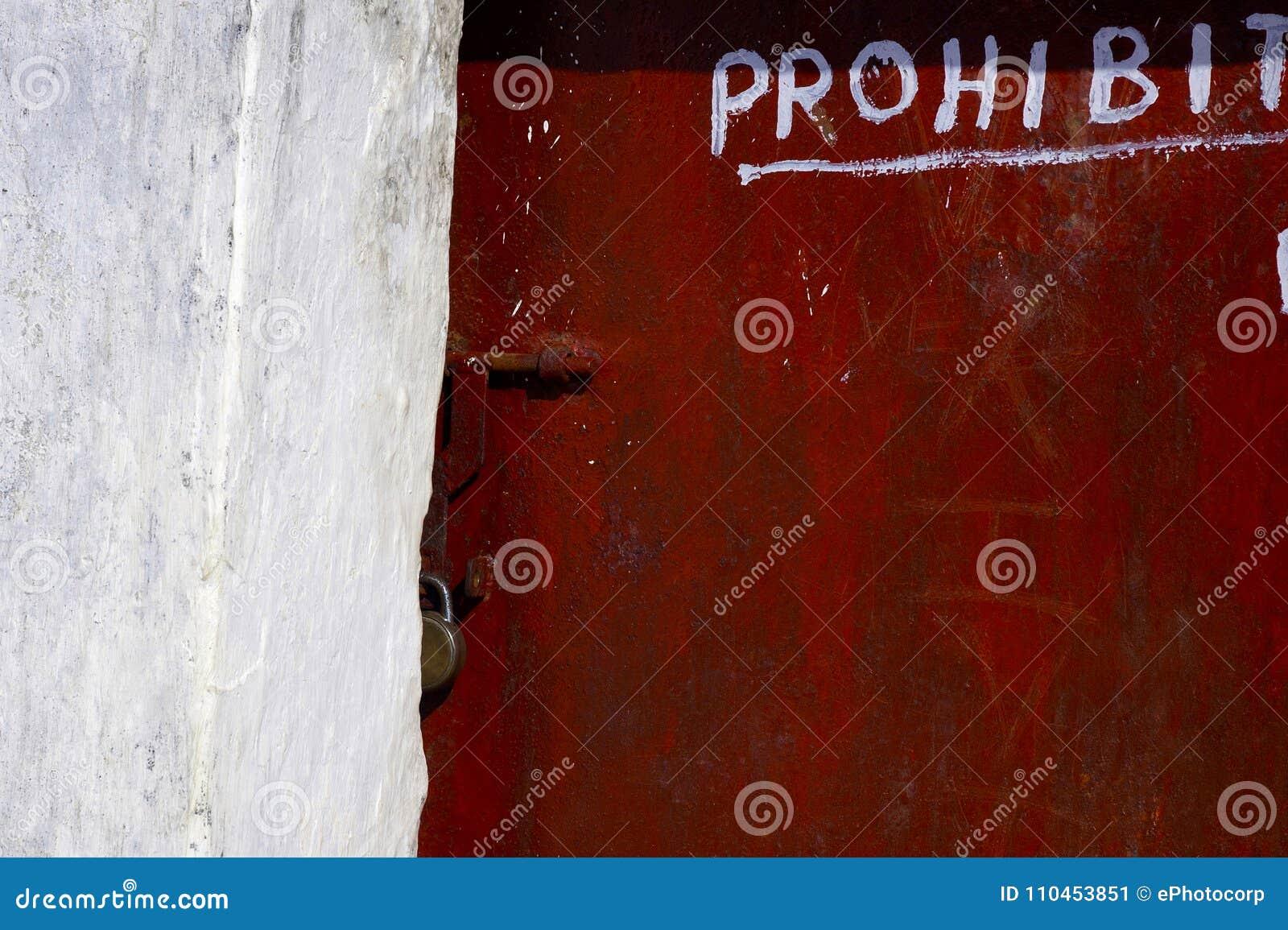 Dörr med låset och förbjudit tillträde