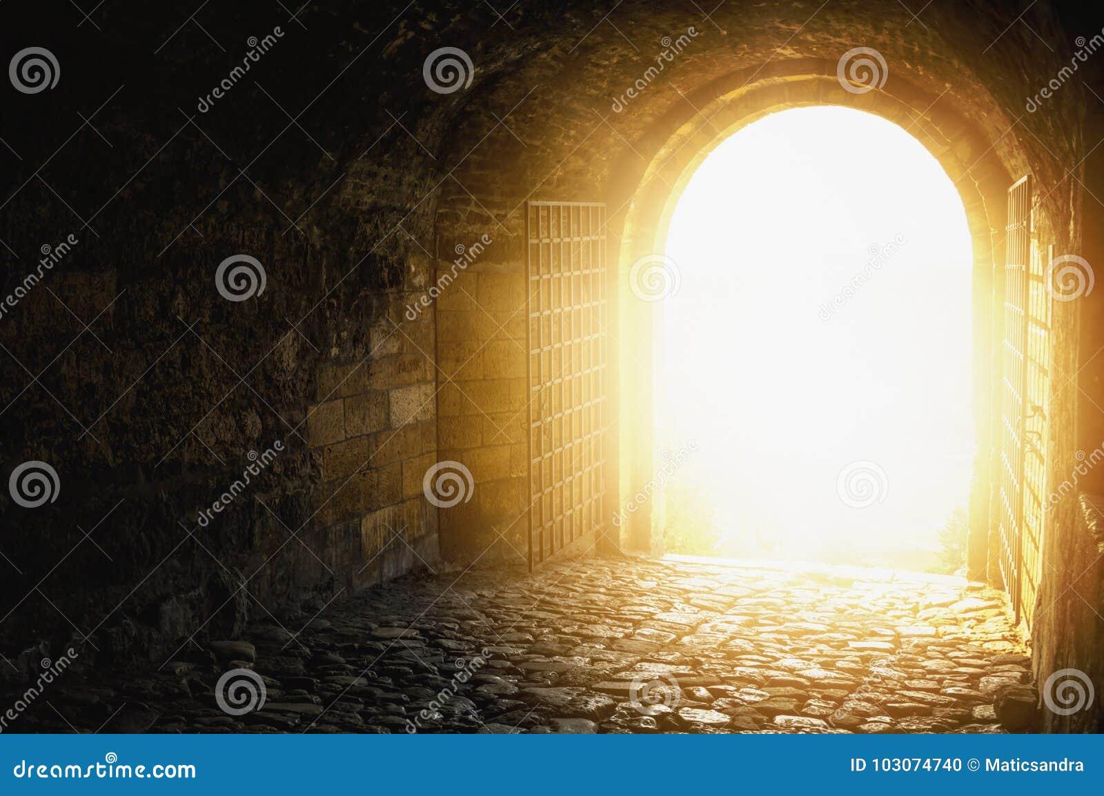 Dörrhimmel till Välvd passage som är öppen till himmel för himmel` s Lampa på slutet av tunnelen Lampa på slutet av tunnelen