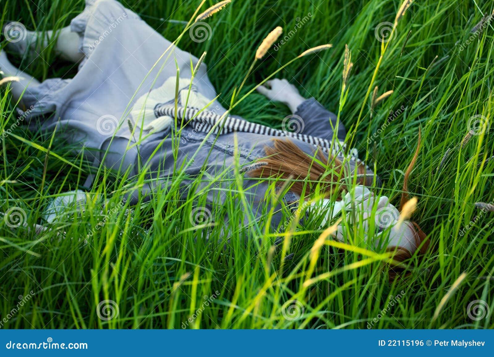 Dött gräs som lägger kvinnan
